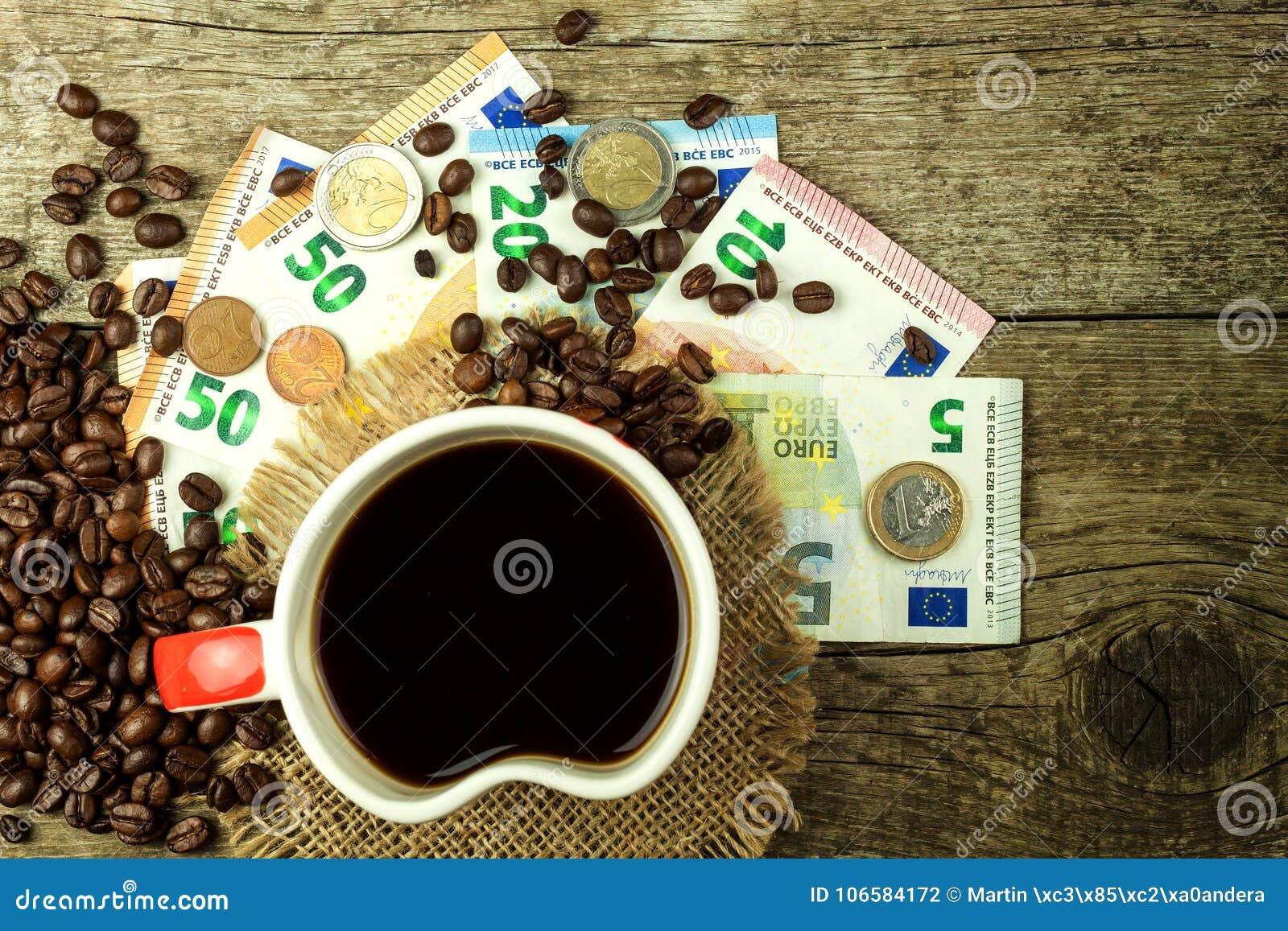 Geroosterde koffiebonen en geldige euro bankbiljetten Koffie handel Verkoop van goederen
