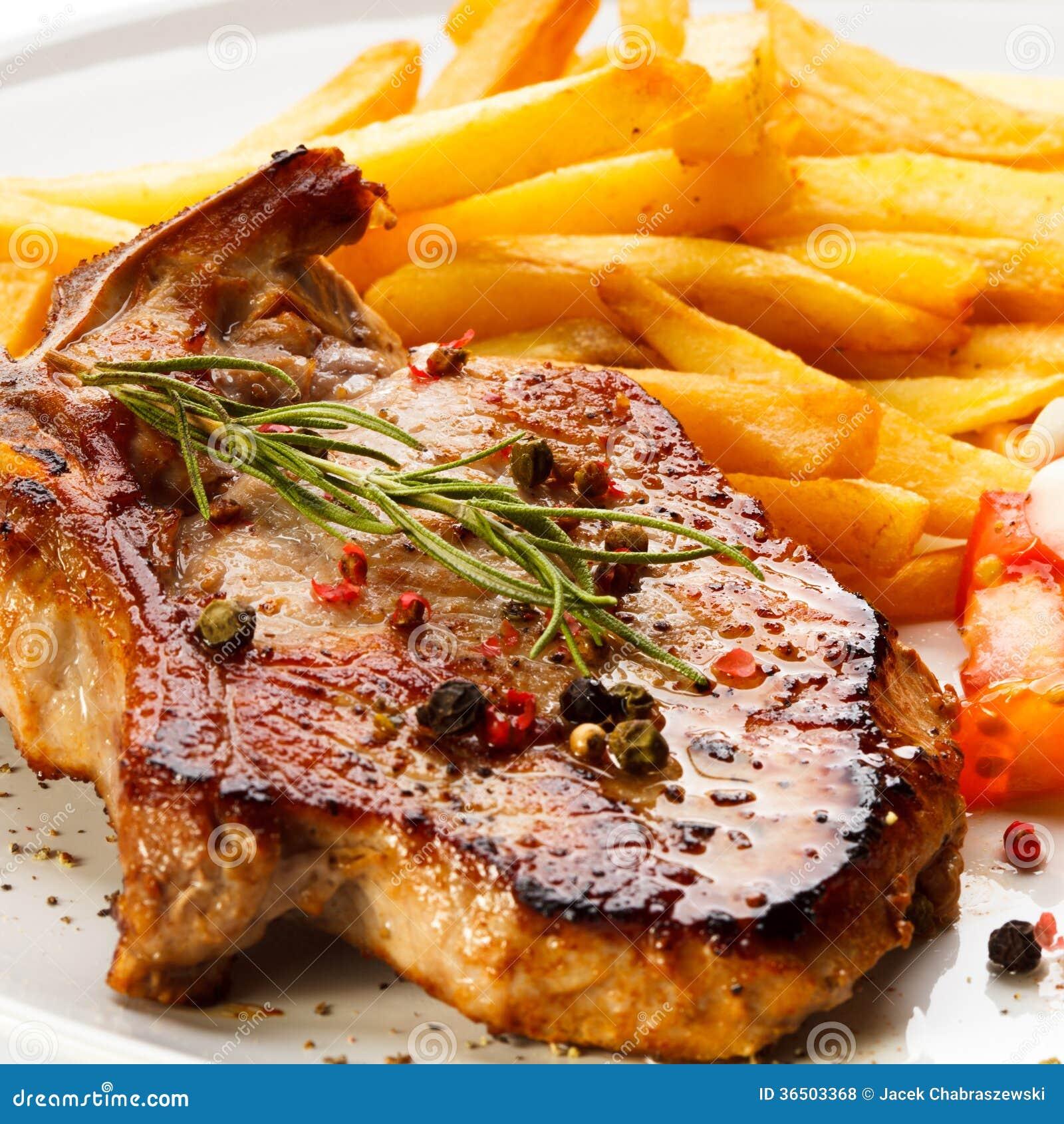 Geroosterde lapjes vlees en Frieten