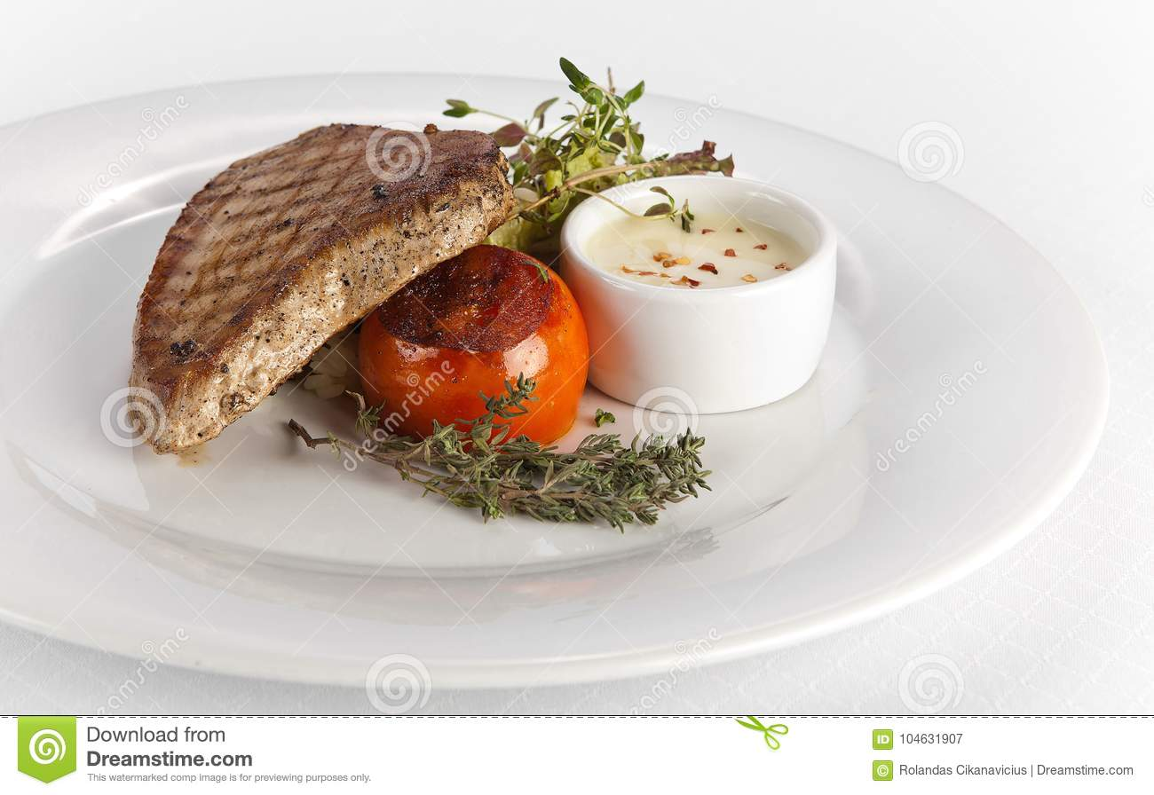 Download Geroosterde Tuna Steak Met Witte Saus Stock Afbeelding - Afbeelding bestaande uit lunch, filet: 104631907