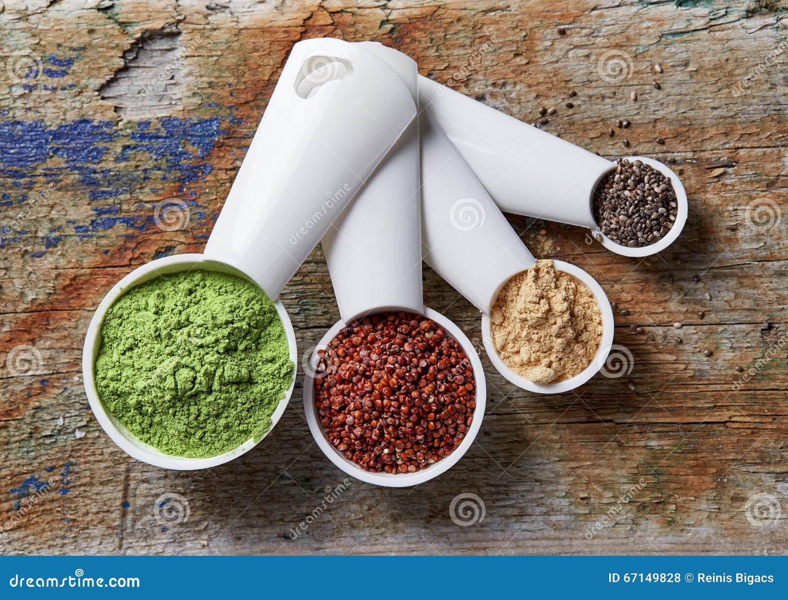 Gerst of tarwegraspoeder, rode quinoa, macapoeder en chia s