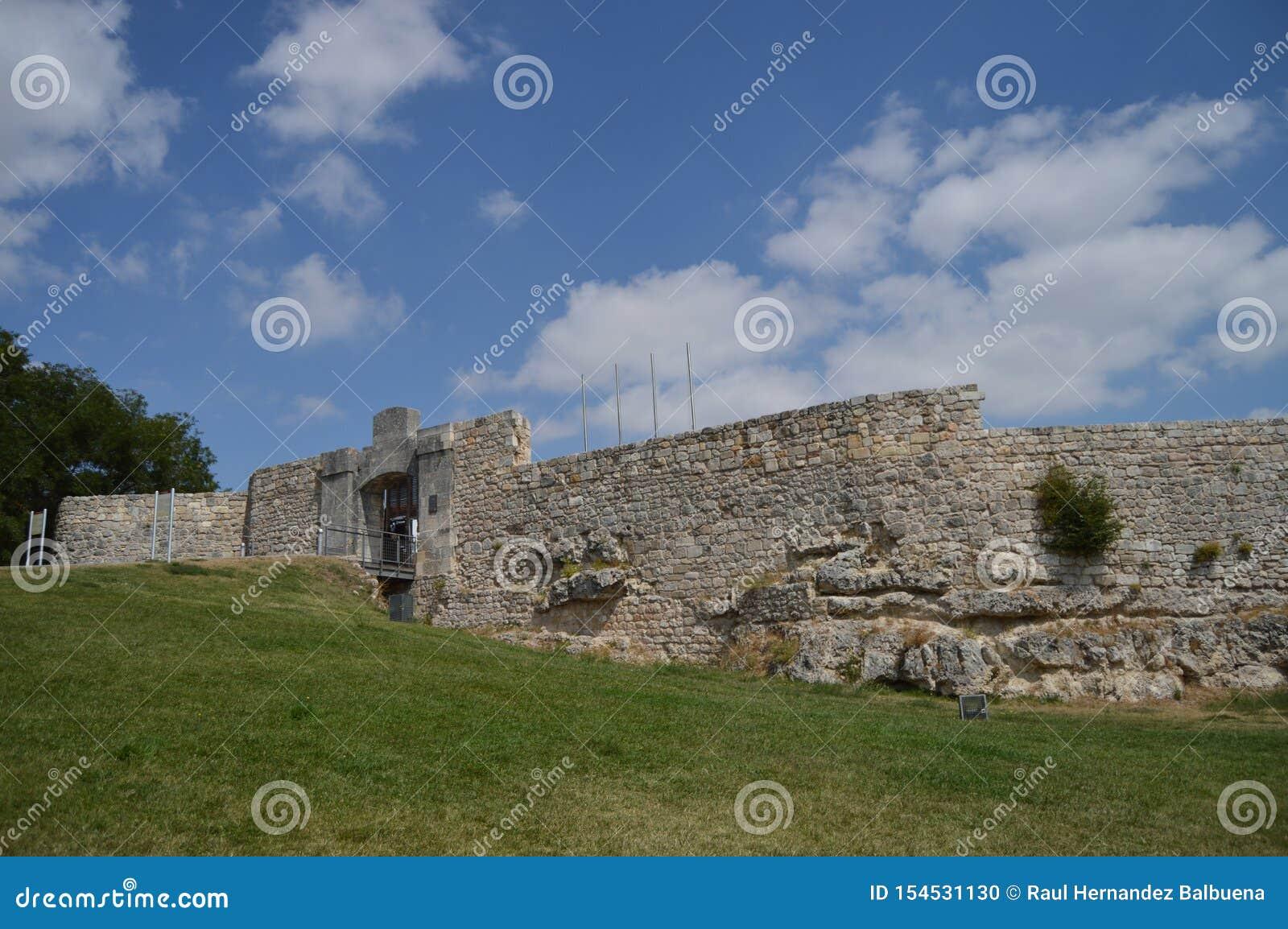 Geruïneerd Middeleeuws die Kasteel van de 9de Eeuw in Burgos wordt gedateerd 28 augustus, 2013 Burgos, Castilla Leon, Spanje De S