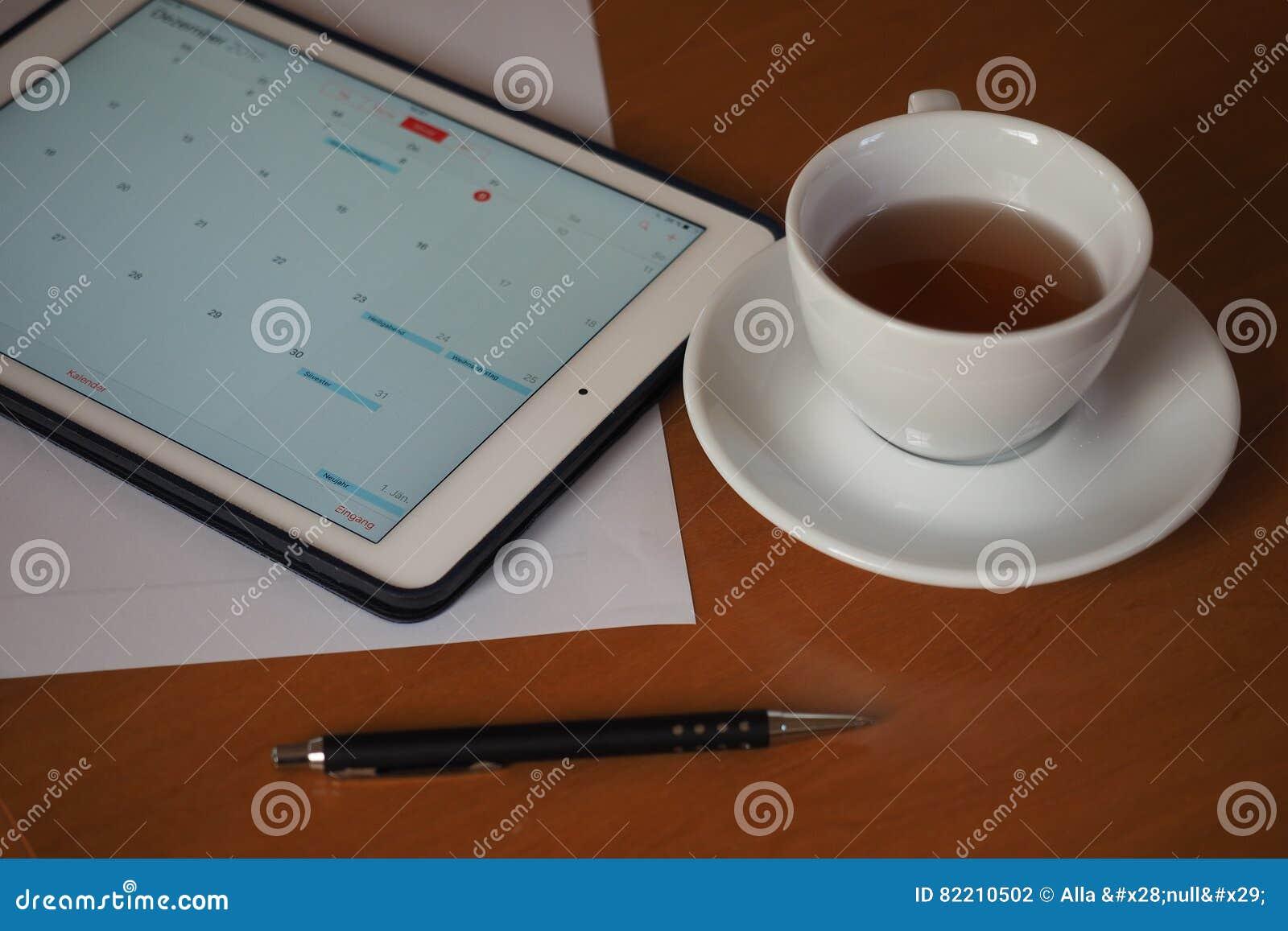Geschäft, Kalender, Verabredung Bürotisch mit Notizblock, Computer, Kaffeetasse