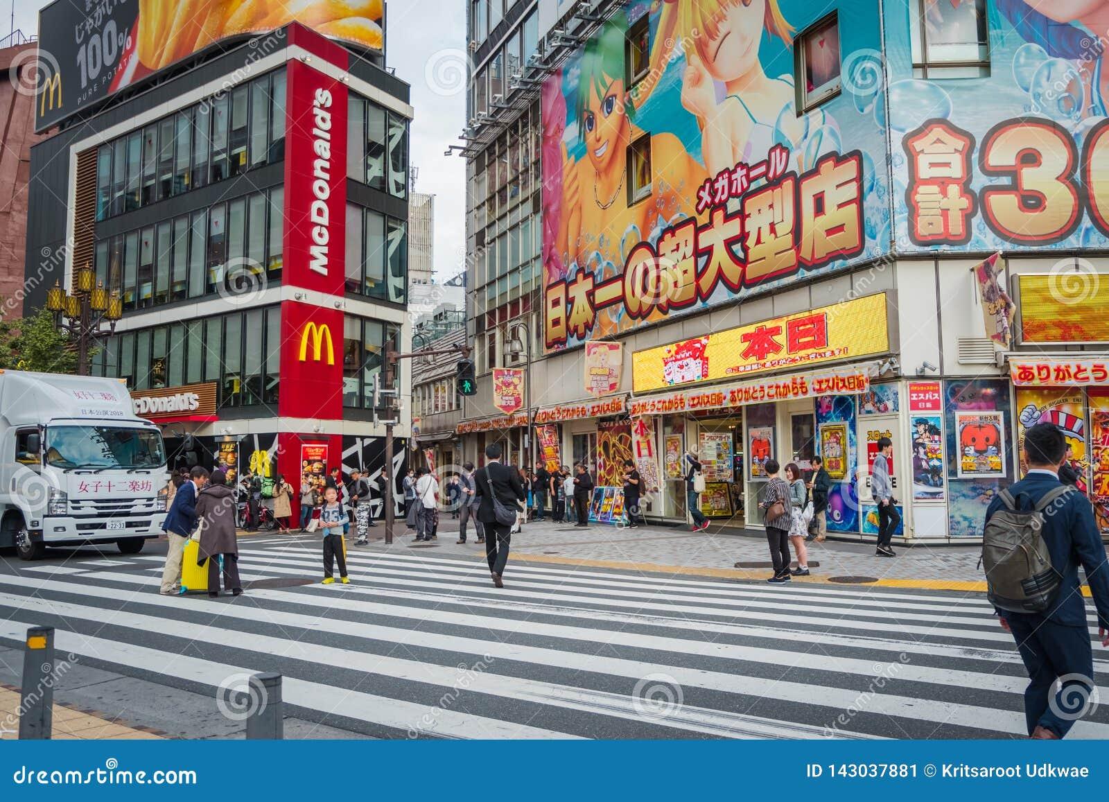 Geschäfte und gedrängte Leute an Shinjuku-Stadt in Tokyo