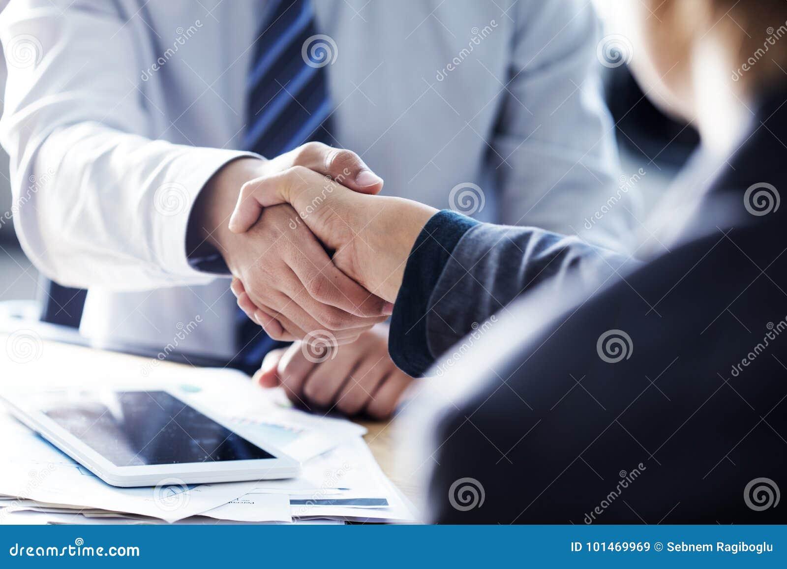 Geschäfts-Händedruck im Büro