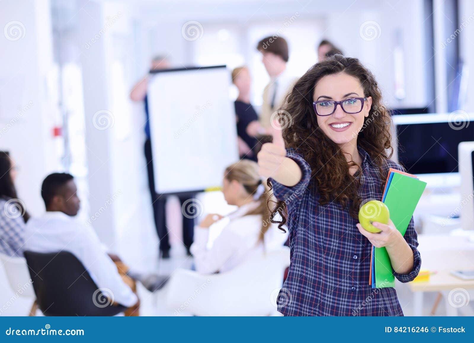 Geschäfts-, Start- und Leutekonzept - glückliches kreatives Team mit Computer und Ordner im Büro