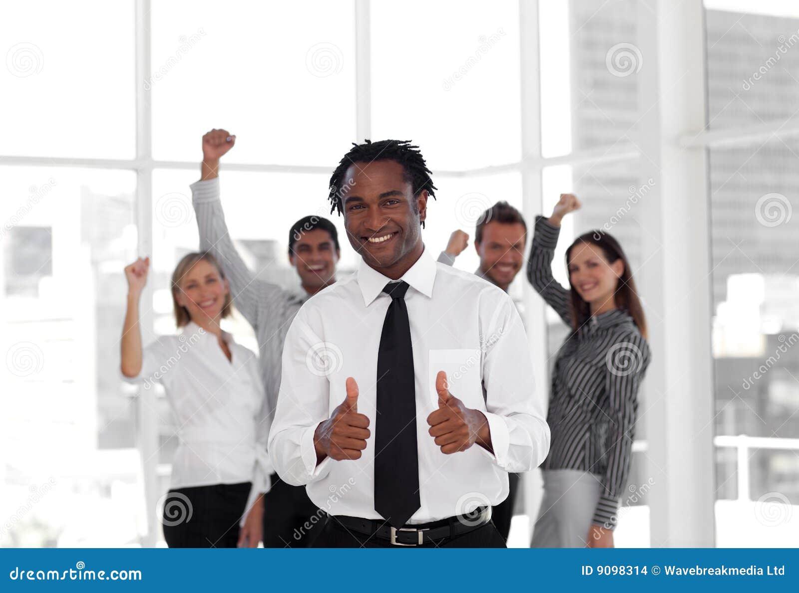 Geschäfts-Team, das Erfolg feiert