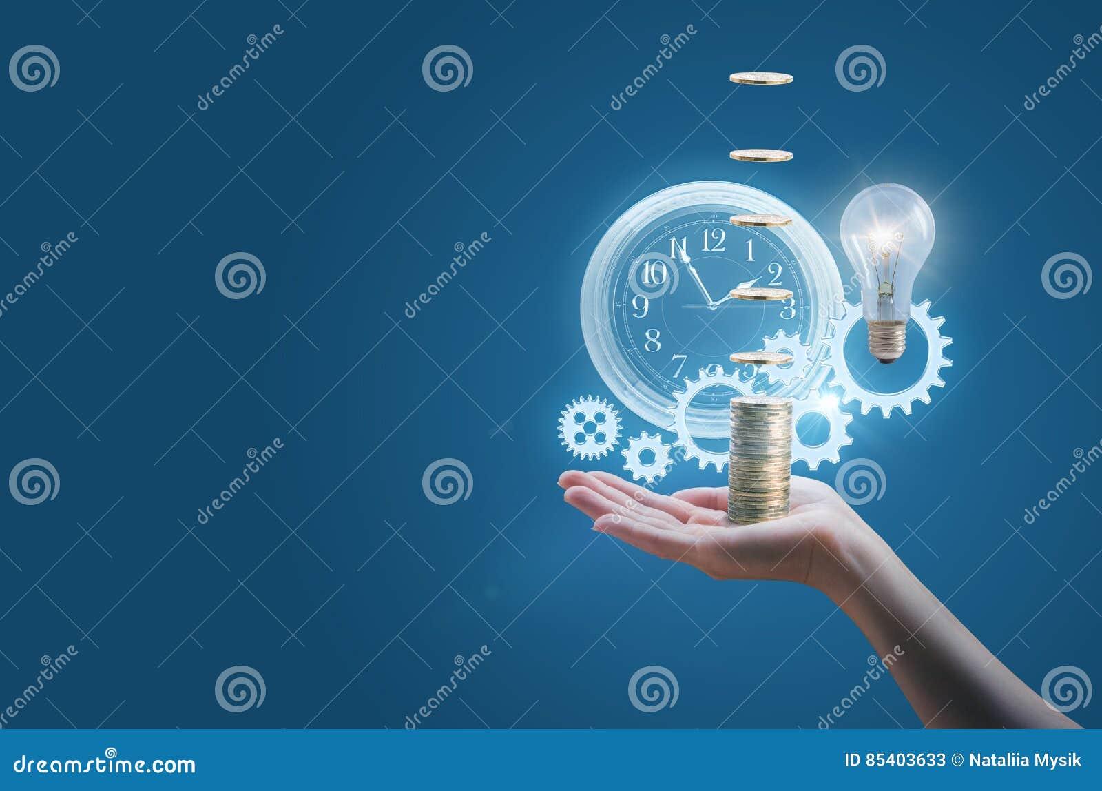 Geschäftsfrau in der Hand einer Uhr übersetzt Geld und die Lampe symbolisiert die effektive Durchführung