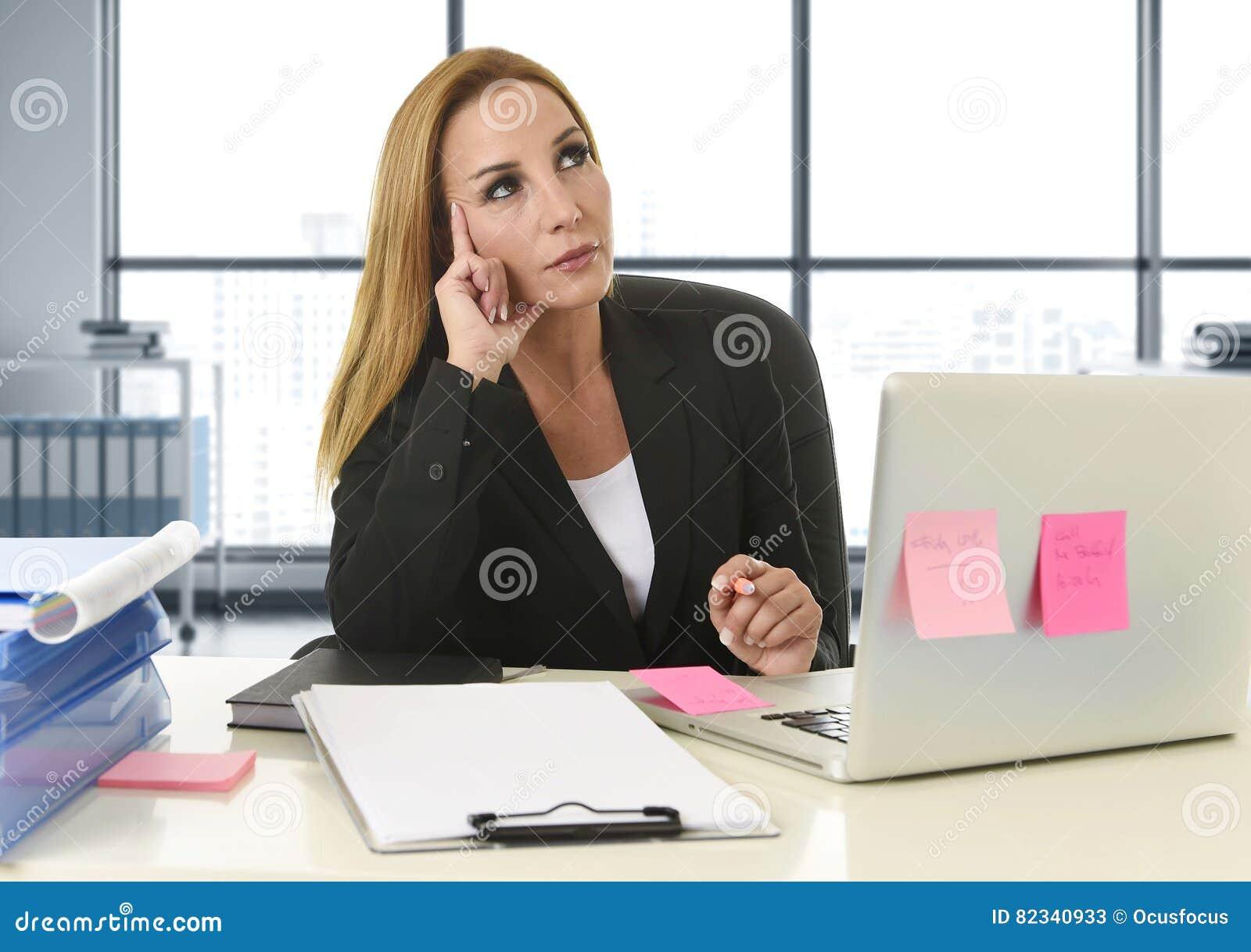 Geschäftsfrau, die an der Laptop-Computer sitzt auf dem Schreibtischabwesenden gekümmert arbeitet