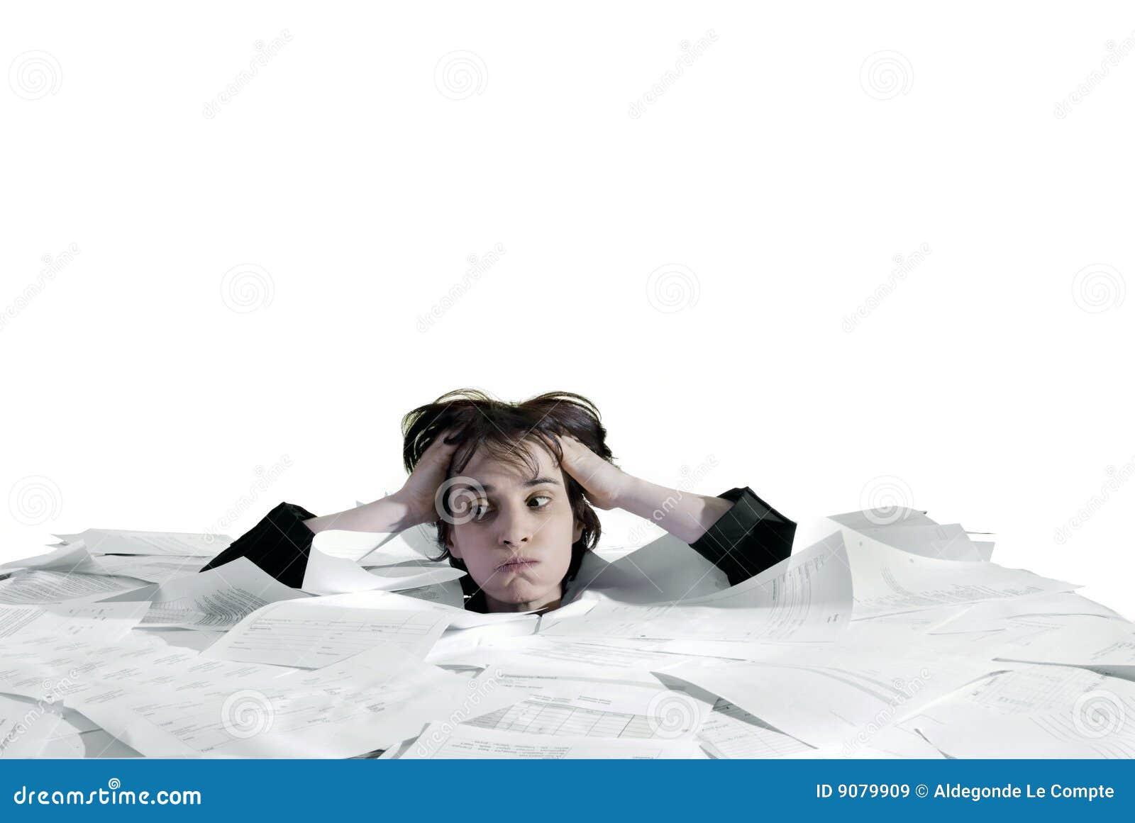 Geschäftsfrau, die in eine Überlastung der Schreibarbeit sinkt