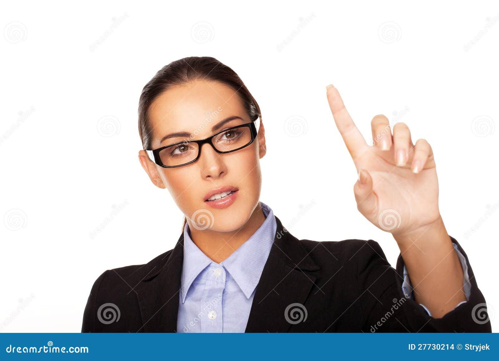 Geschäftsfrau, die eine virtuelle Schnittstelle verwendet