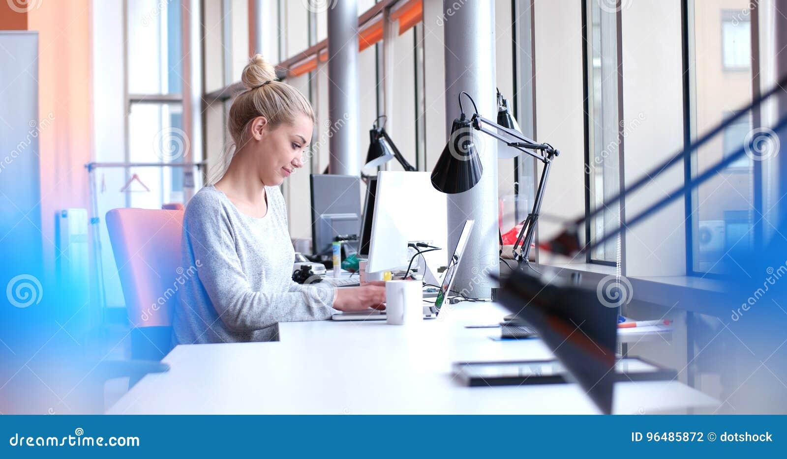 Geschäftsfrau, die einen Laptop im Startbüro verwendet