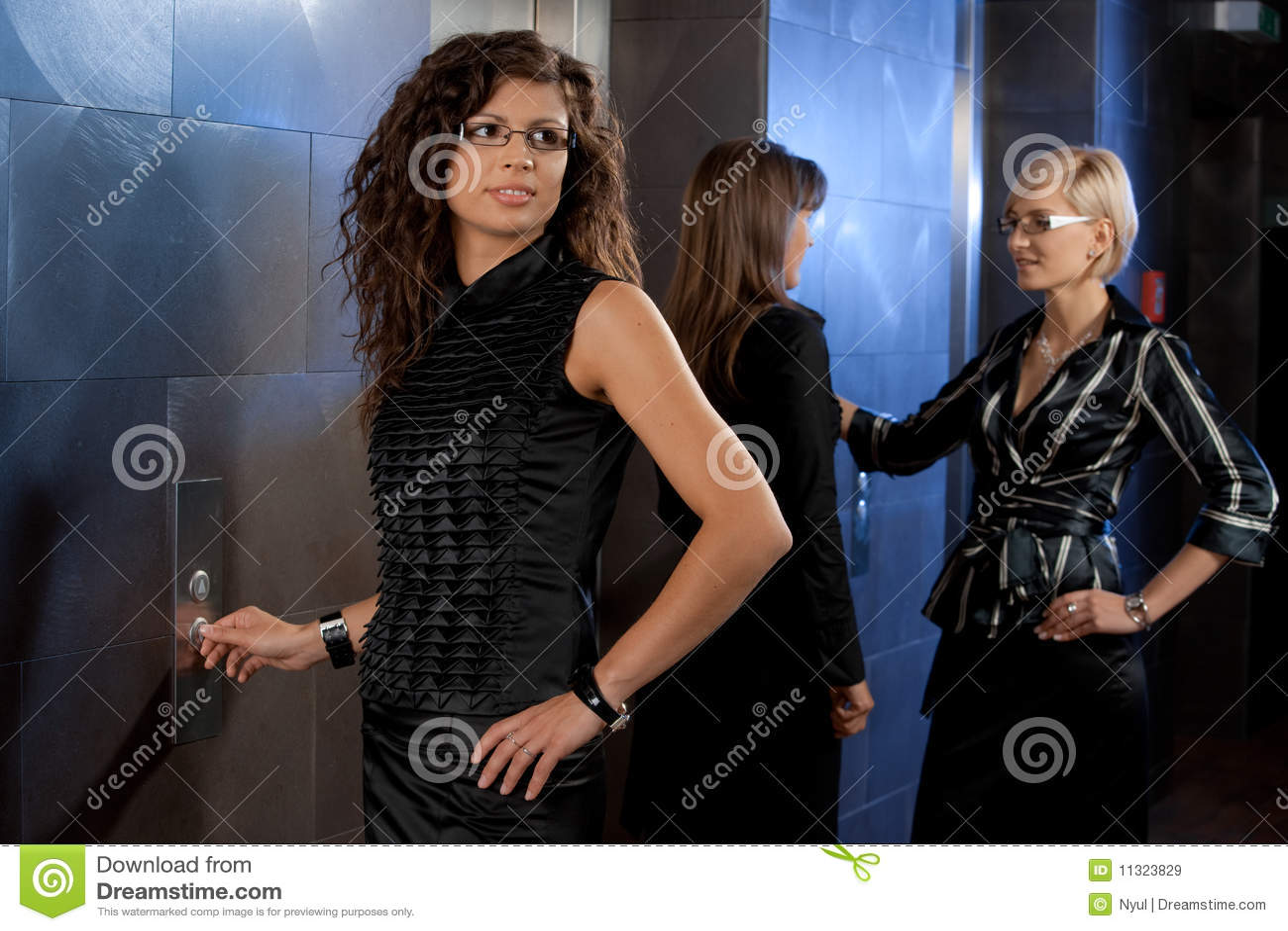 Geschäftsfrau, die Höhenruder benennt