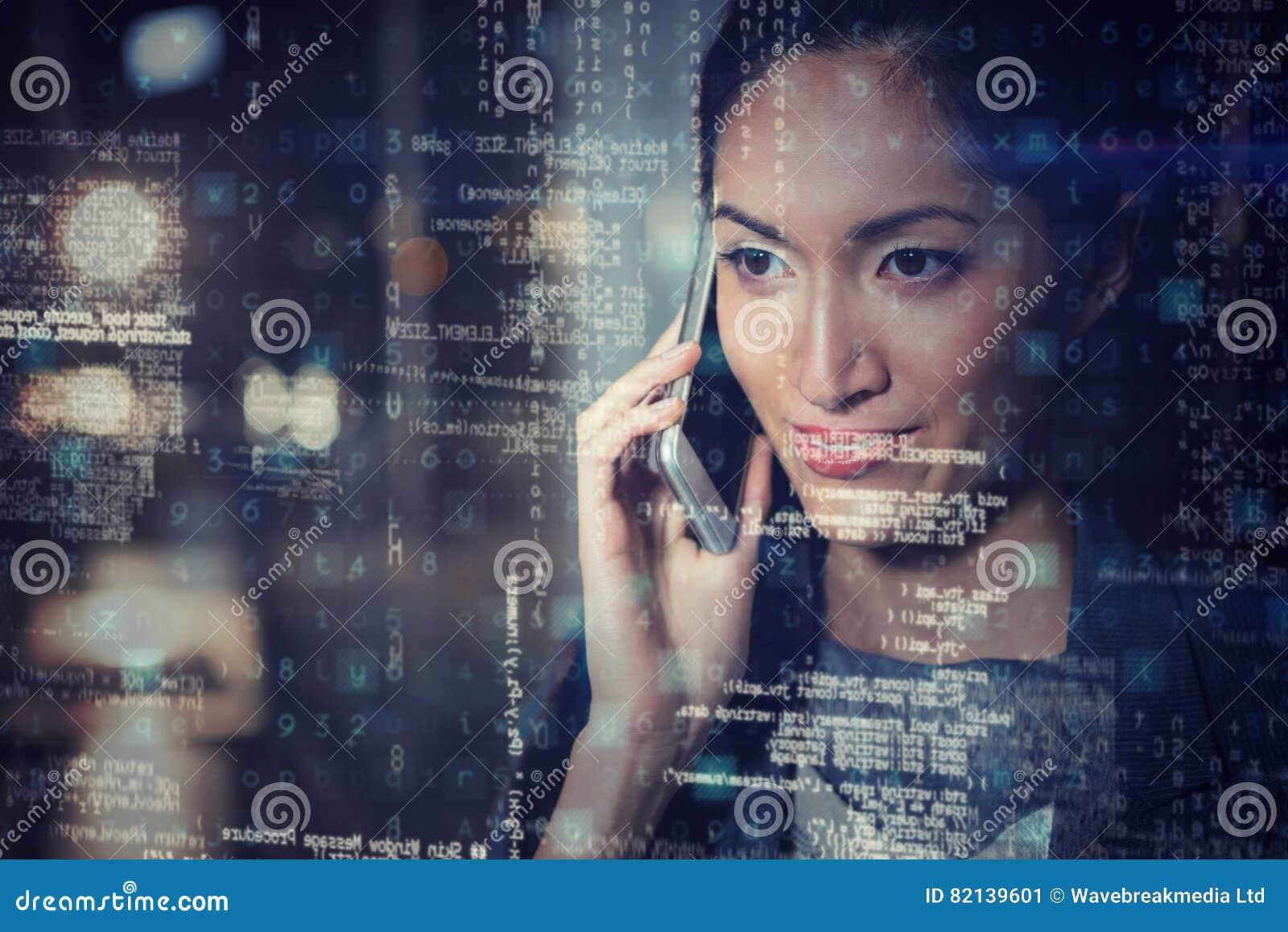Geschäftsfrau, die am Handy 3D spricht