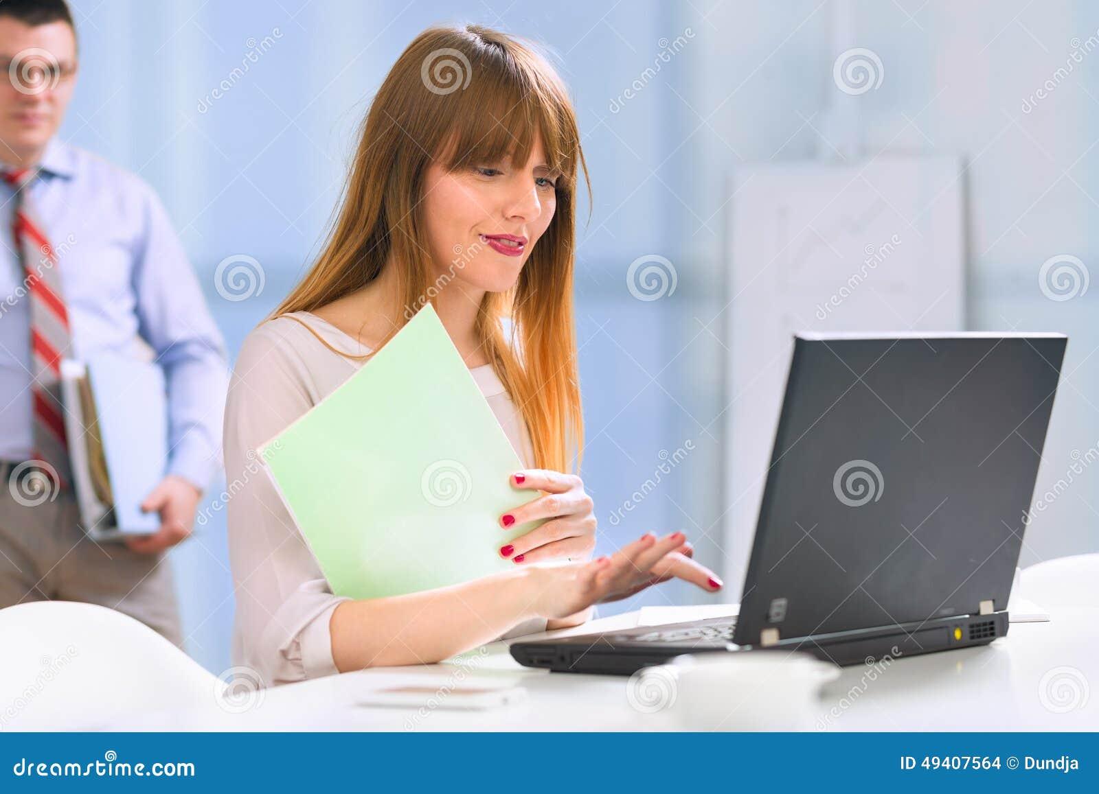 Download Geschäftsfrau, Die An Laptop Arbeitet Stockfoto - Bild von geschäftsmann, zuhause: 49407564