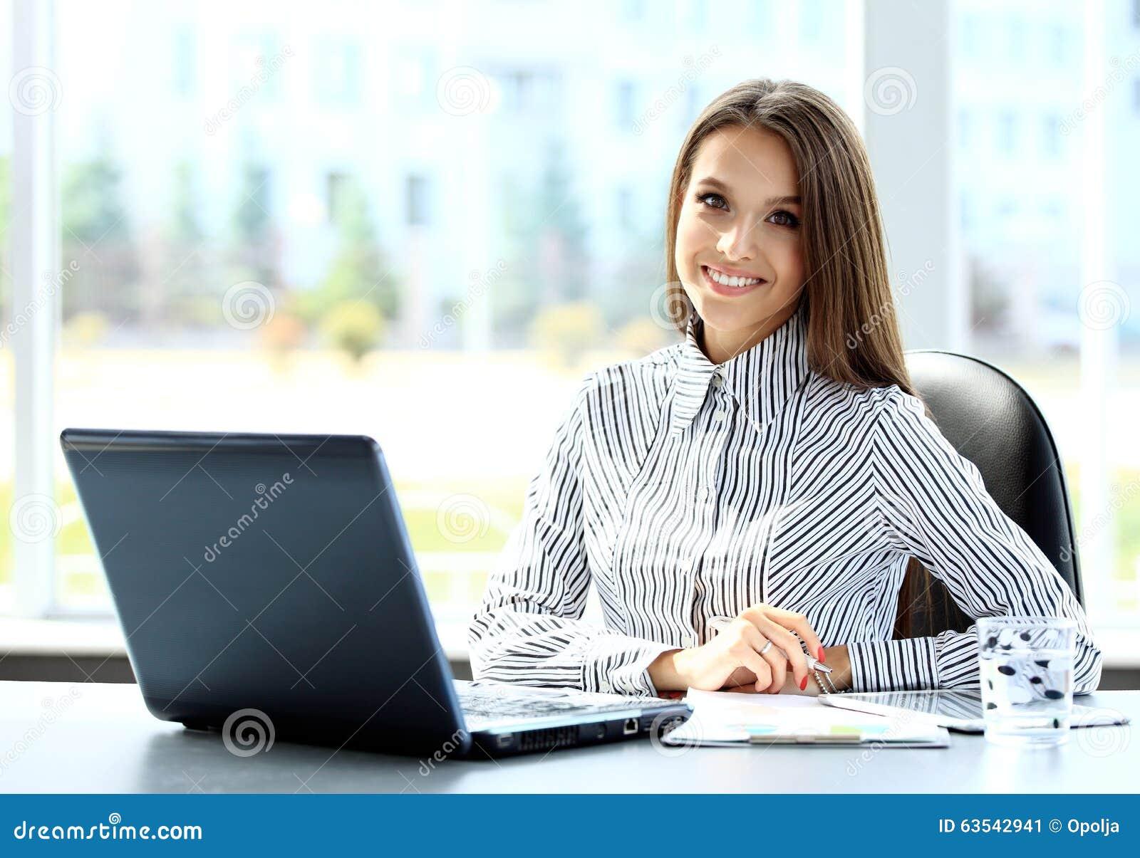 Geschäftsfrau, die an Laptop-Computer arbeitet