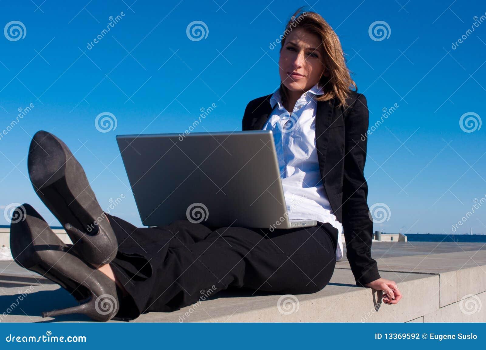 Geschäftsfrau, die mit Laptop, Abschluss arbeitet