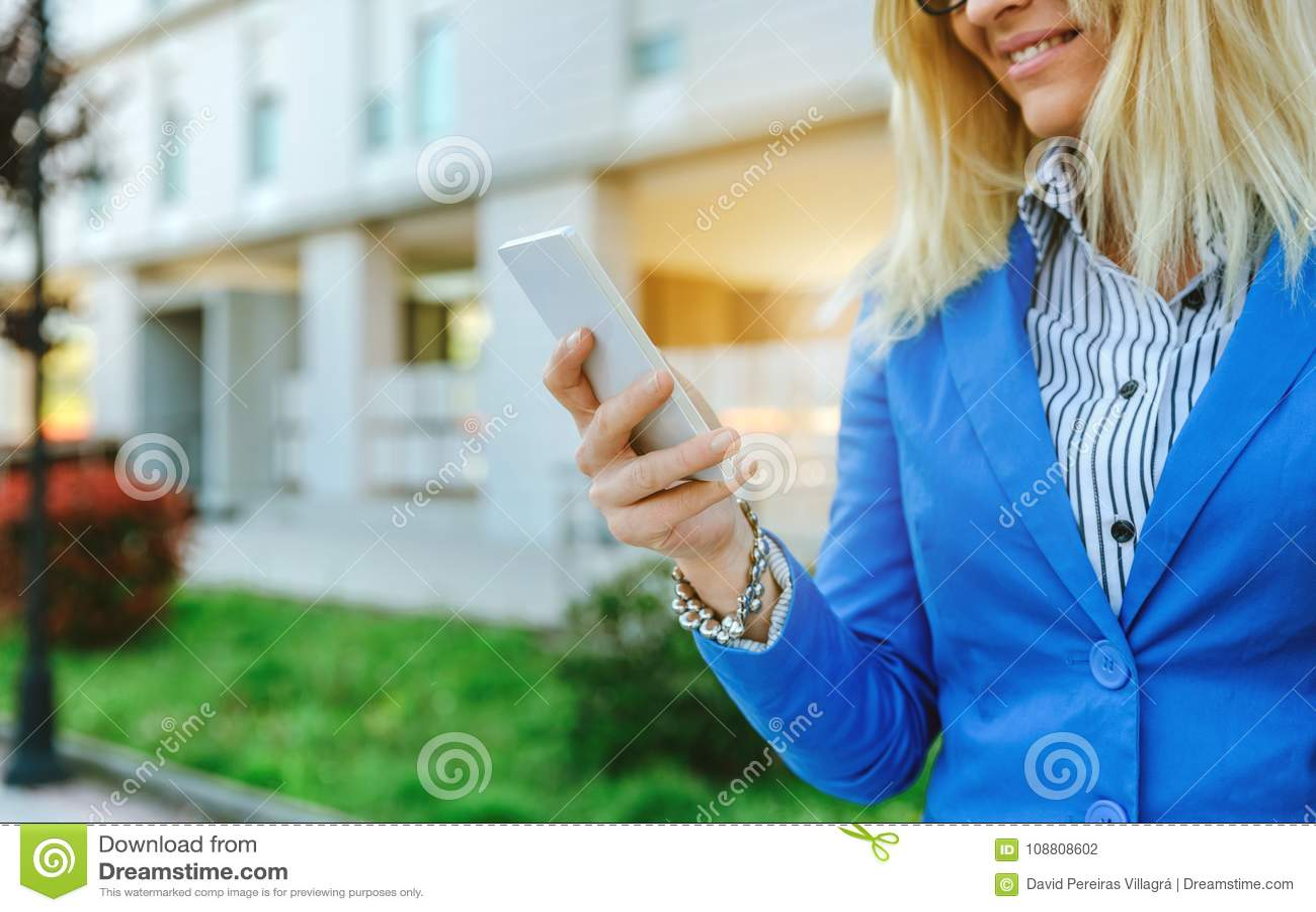 Geschäftsfrau, die Mobile in der Straße verwendet