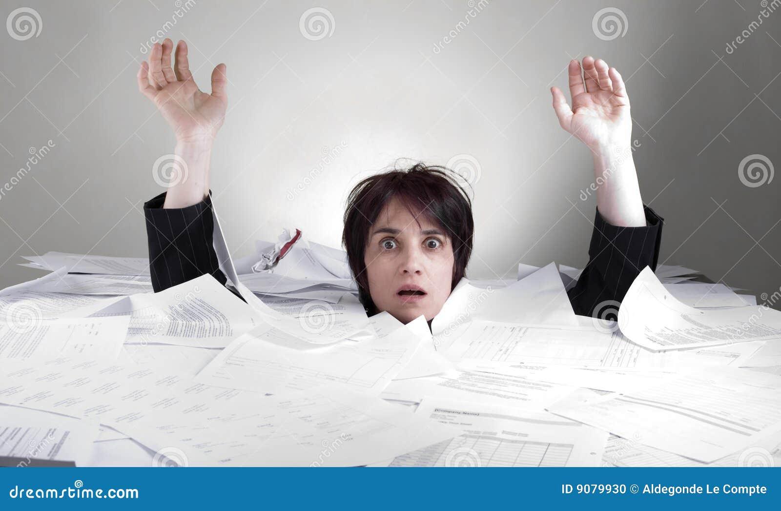 Geschäftsfrau, die in Papiere sinkt