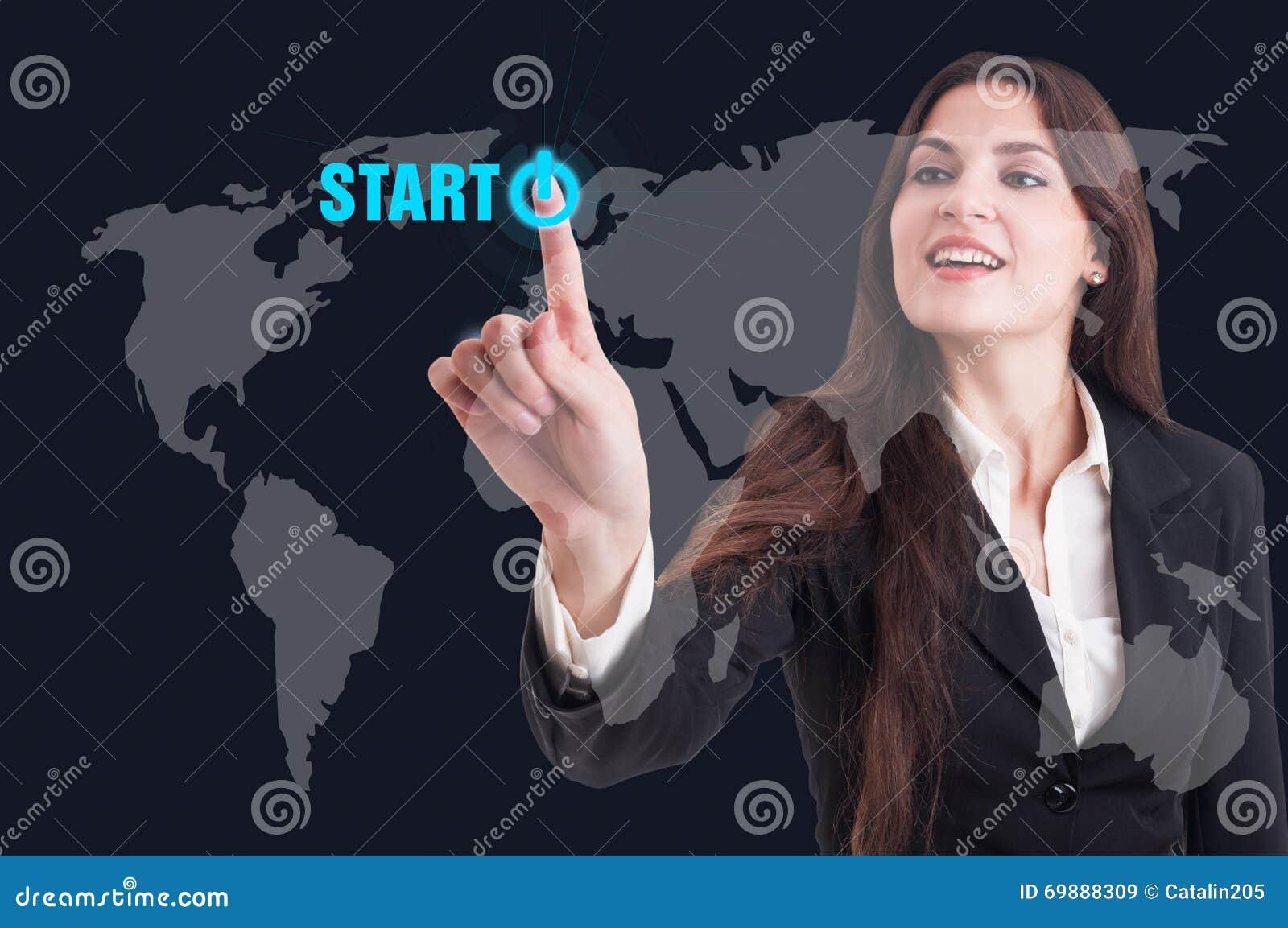 Geschäftsfrau, die Startknopf auf digitalem transparentem scre bedrängt