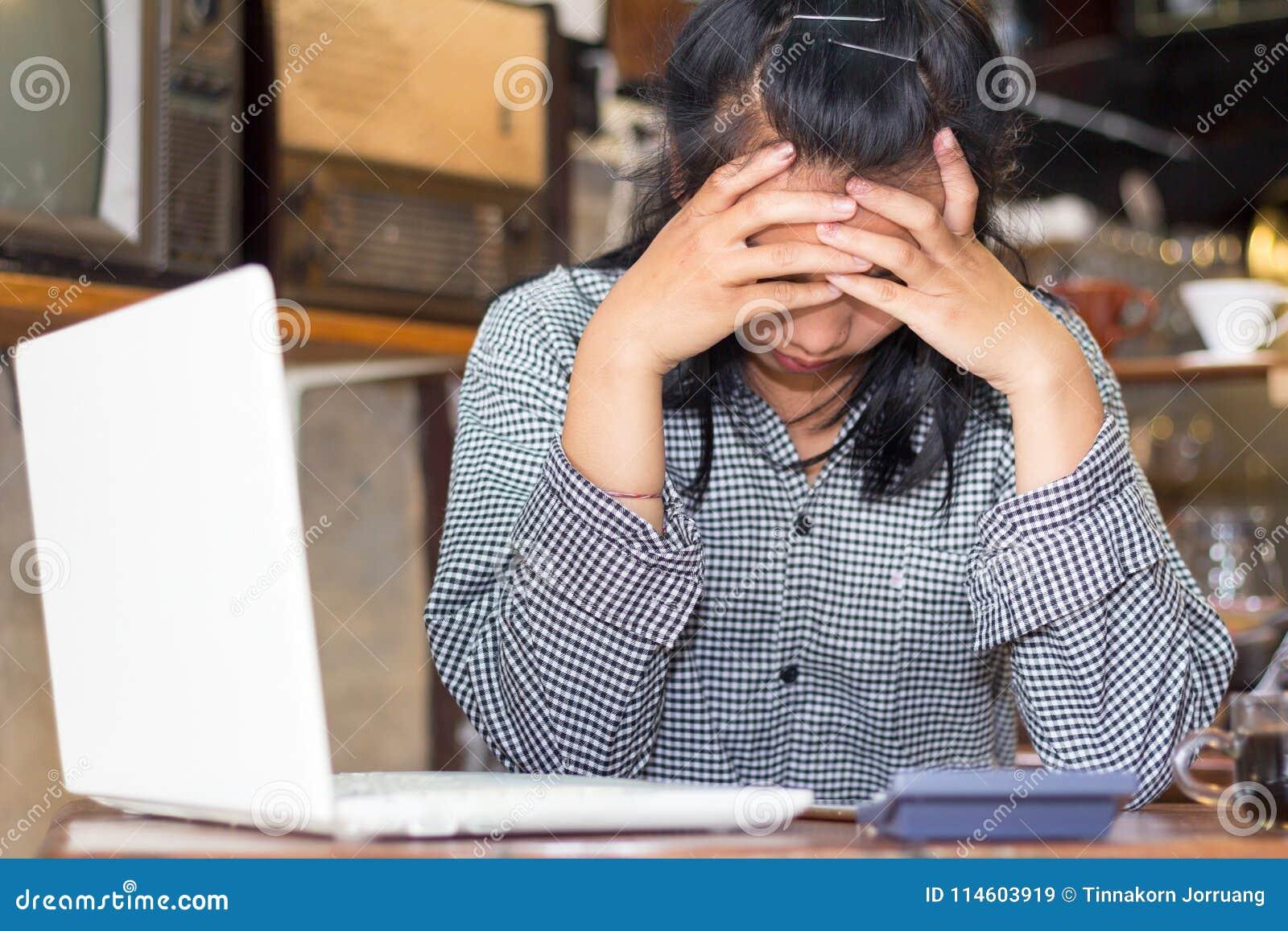 Geschäftsfrau ermüdet von der Arbeit und von den Kopfschmerzen