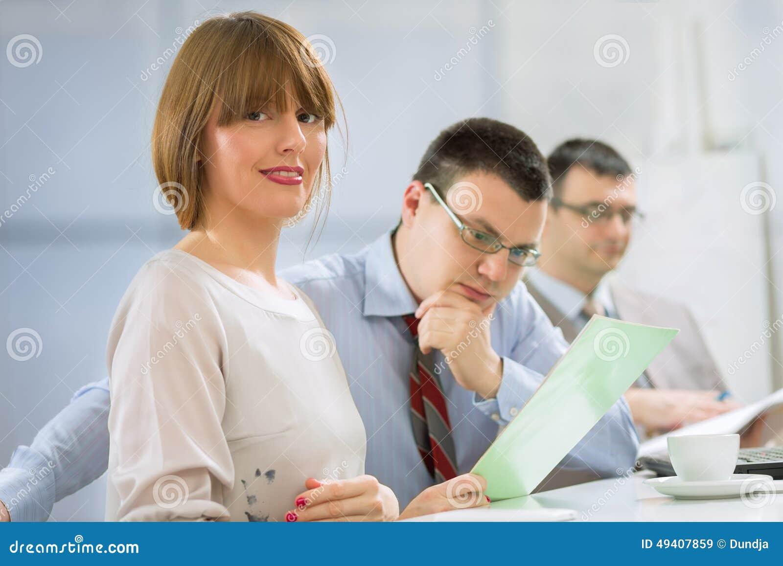 Download Geschäftsfrau im Büro stockbild. Bild von zusammengehörigkeit - 49407859