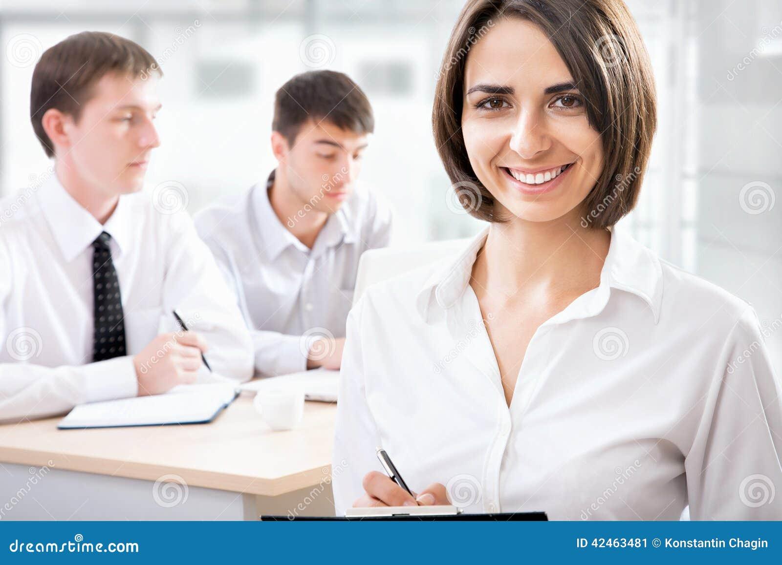 Geschäftsfrau mit ihrem Personal