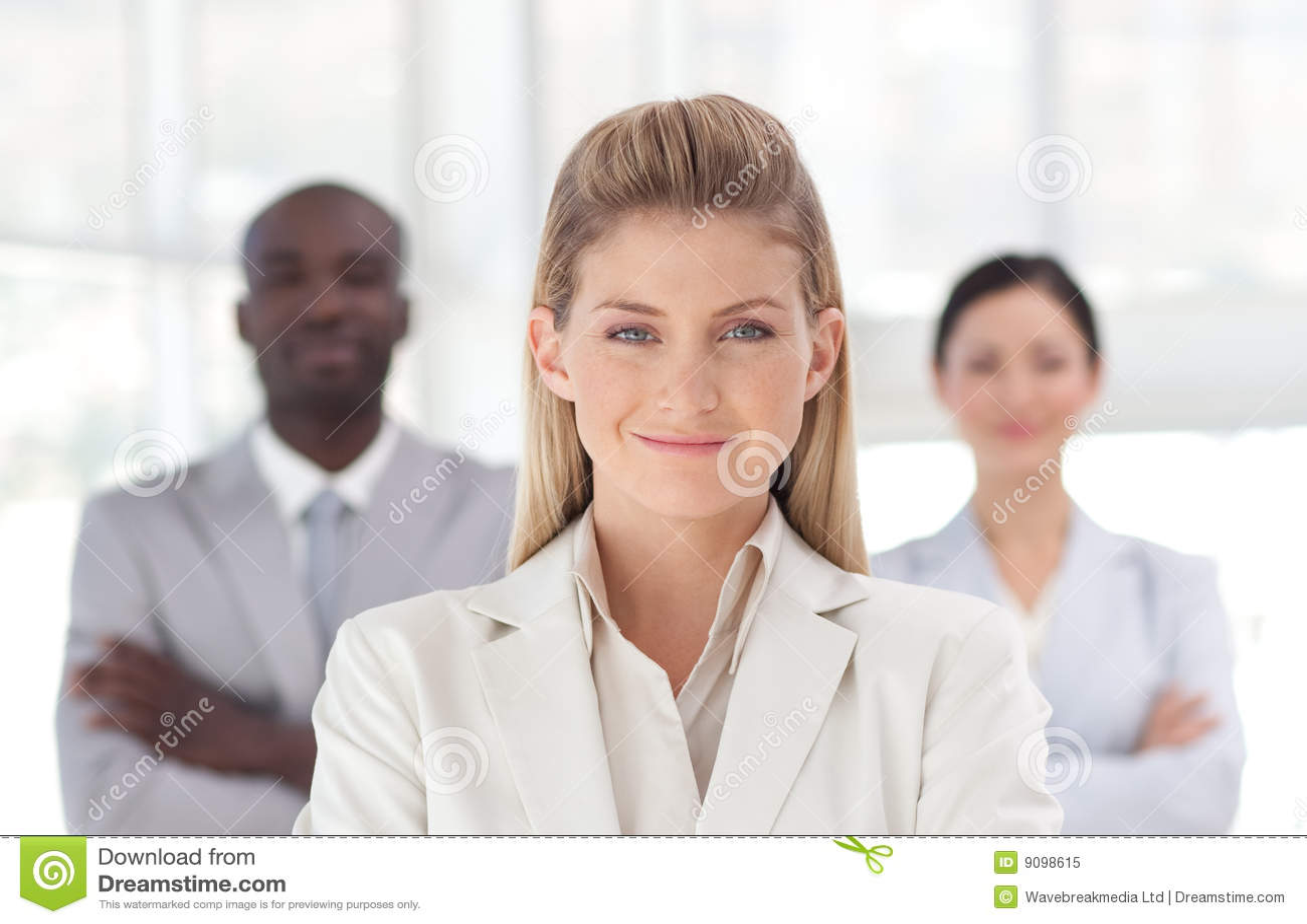 Geschäftsfrau mit Team