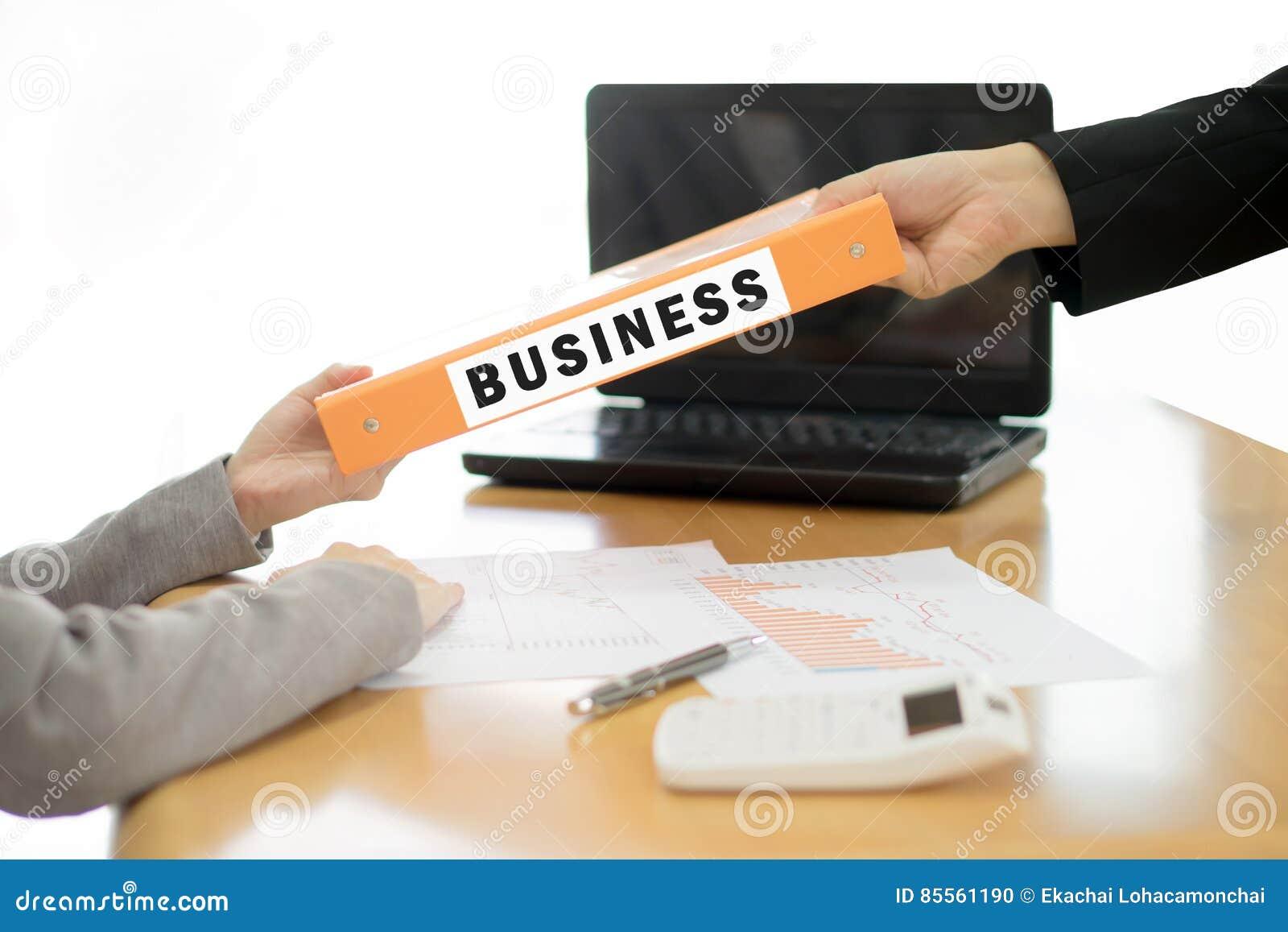 Geschäftsfrau schickt dem Geschäftsmann das Geschäftsdokument Se