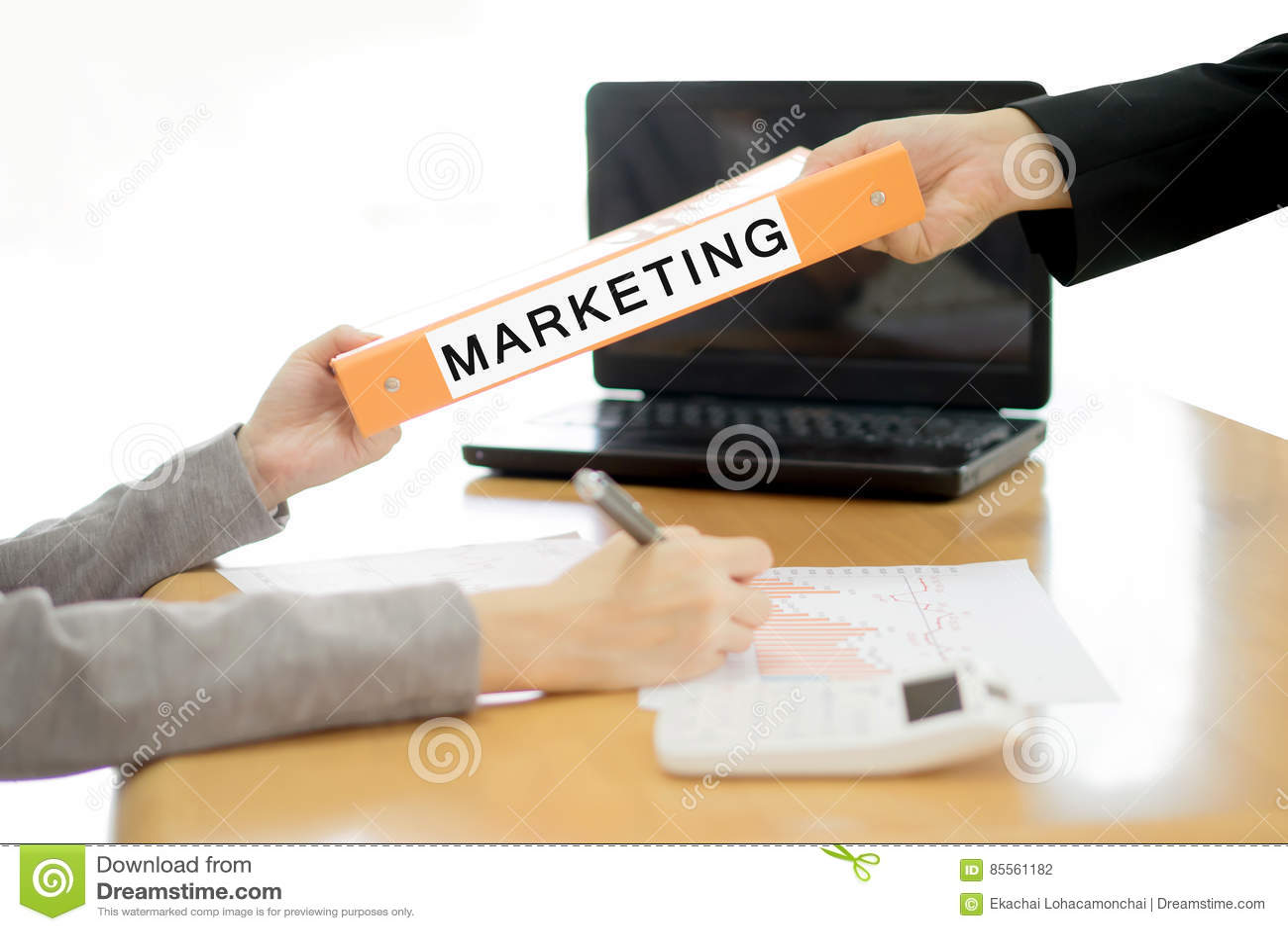 Geschäftsfrau schickt dem Geschäftsmann das Marketing-Dokument