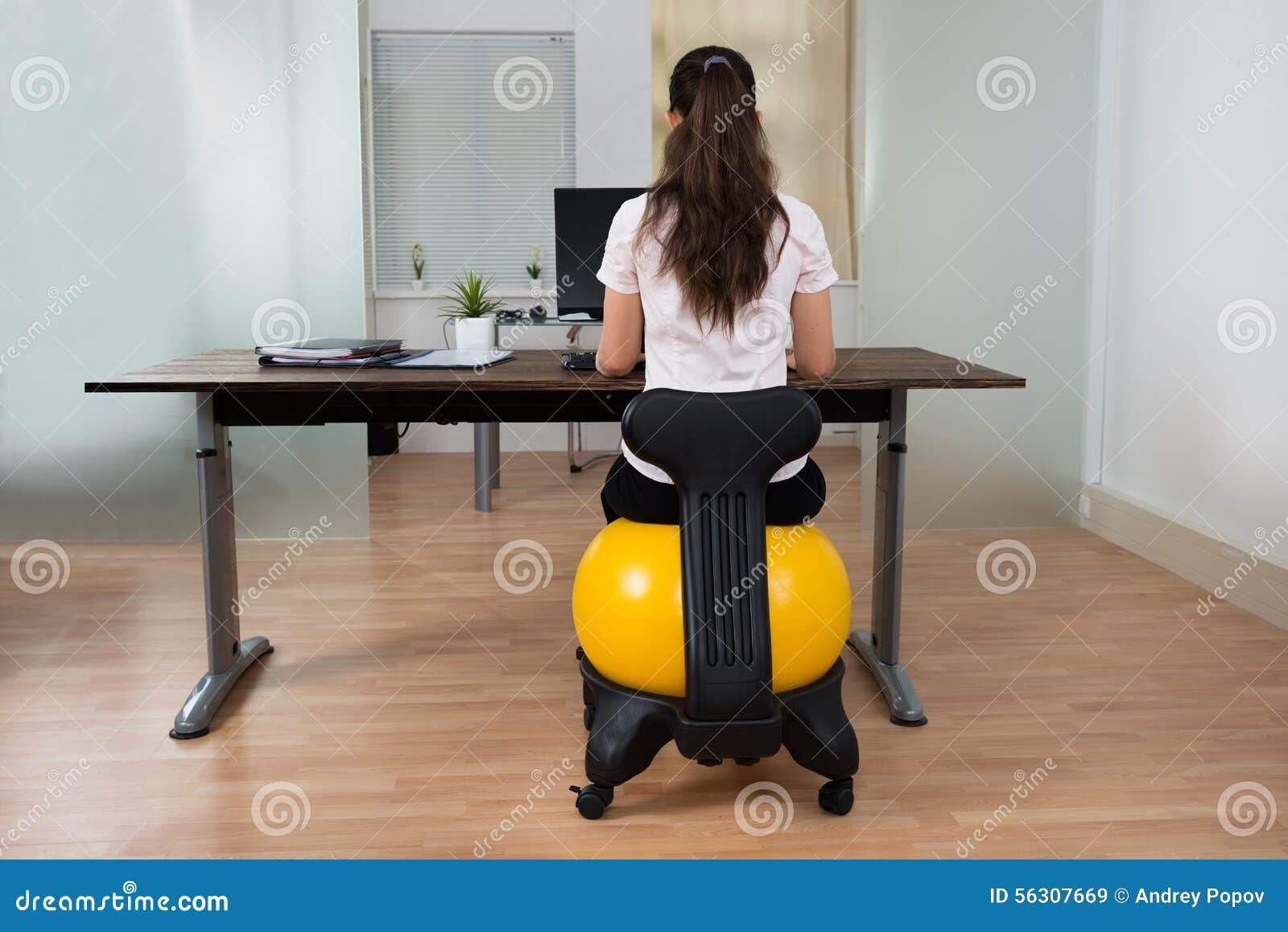 Geschäftsfrau Sitting On Fitness Ball Im Büro Stockbild Bild Von