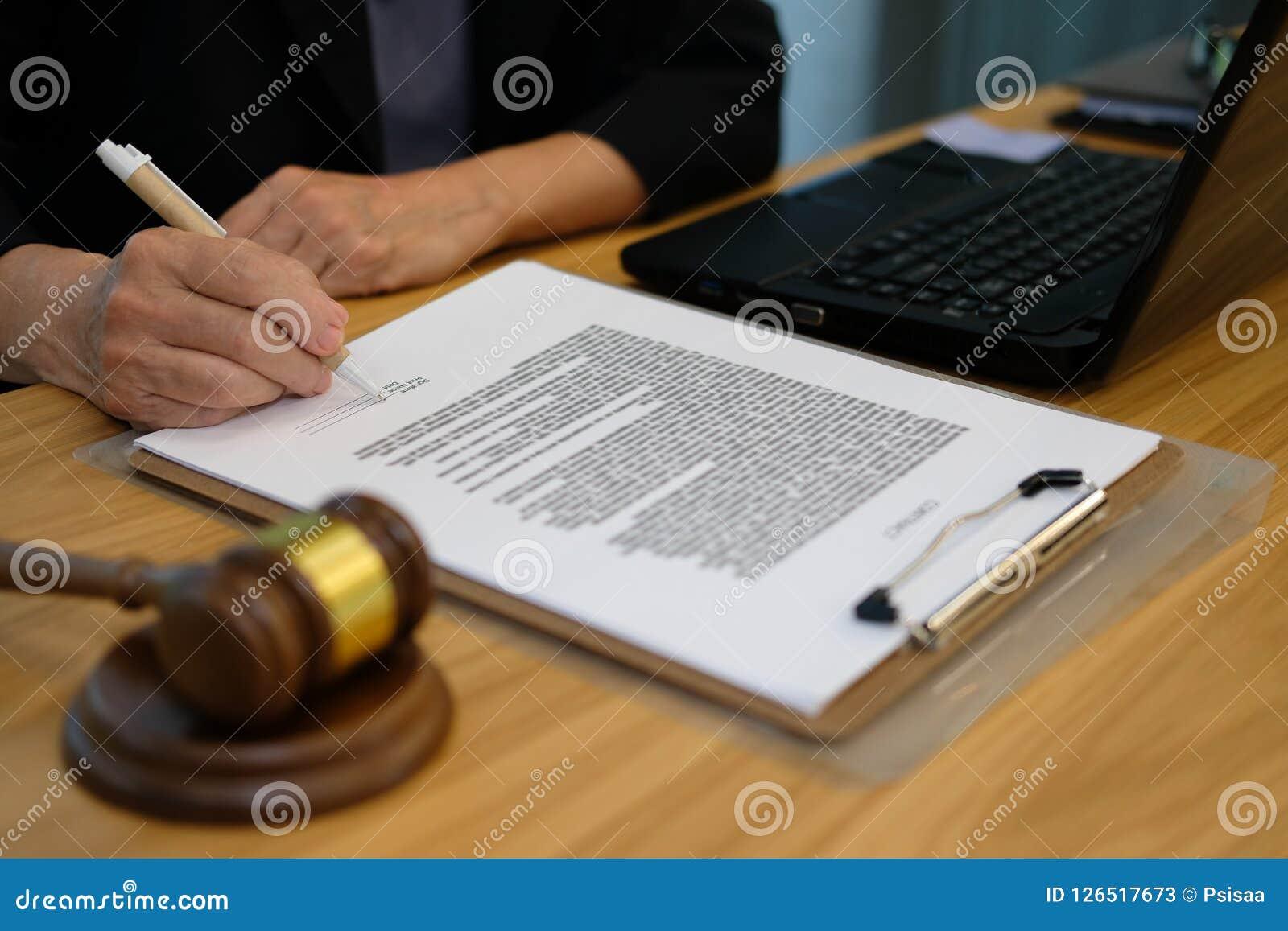 Geschäftsfrau unterzeichnen Vertrag Rechtsanwalt mit Dokument an der Sozietät