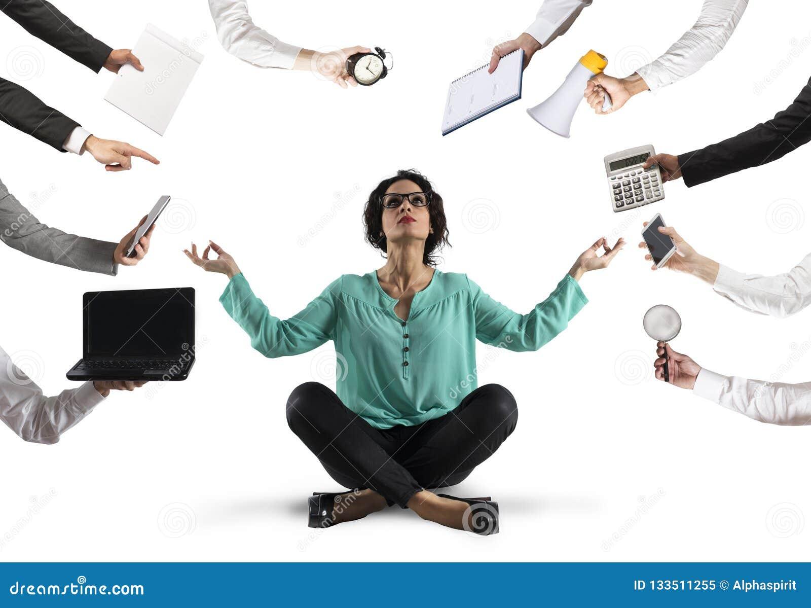 Geschäftsfrau versucht, Ruhe mit Yoga passend zu halten, am Wok zu betonen und zu überbelasten