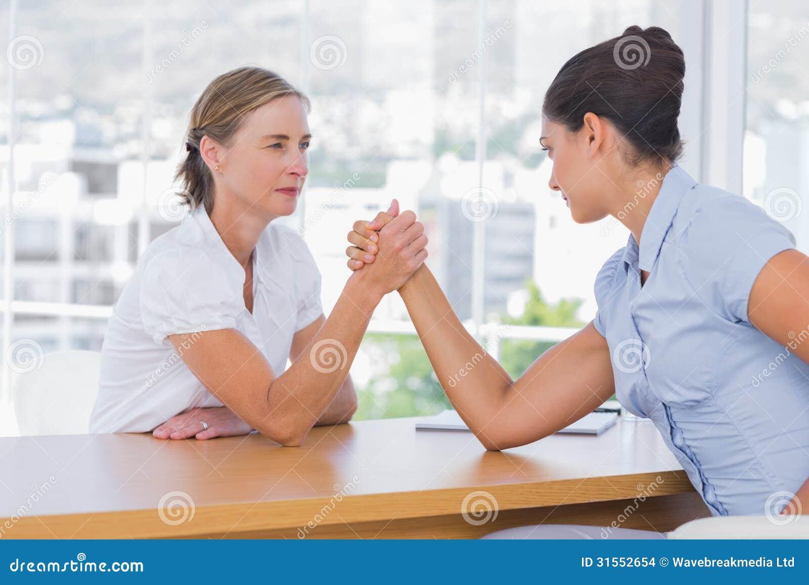 Geschäftsfrauen, die ein Armwringen haben