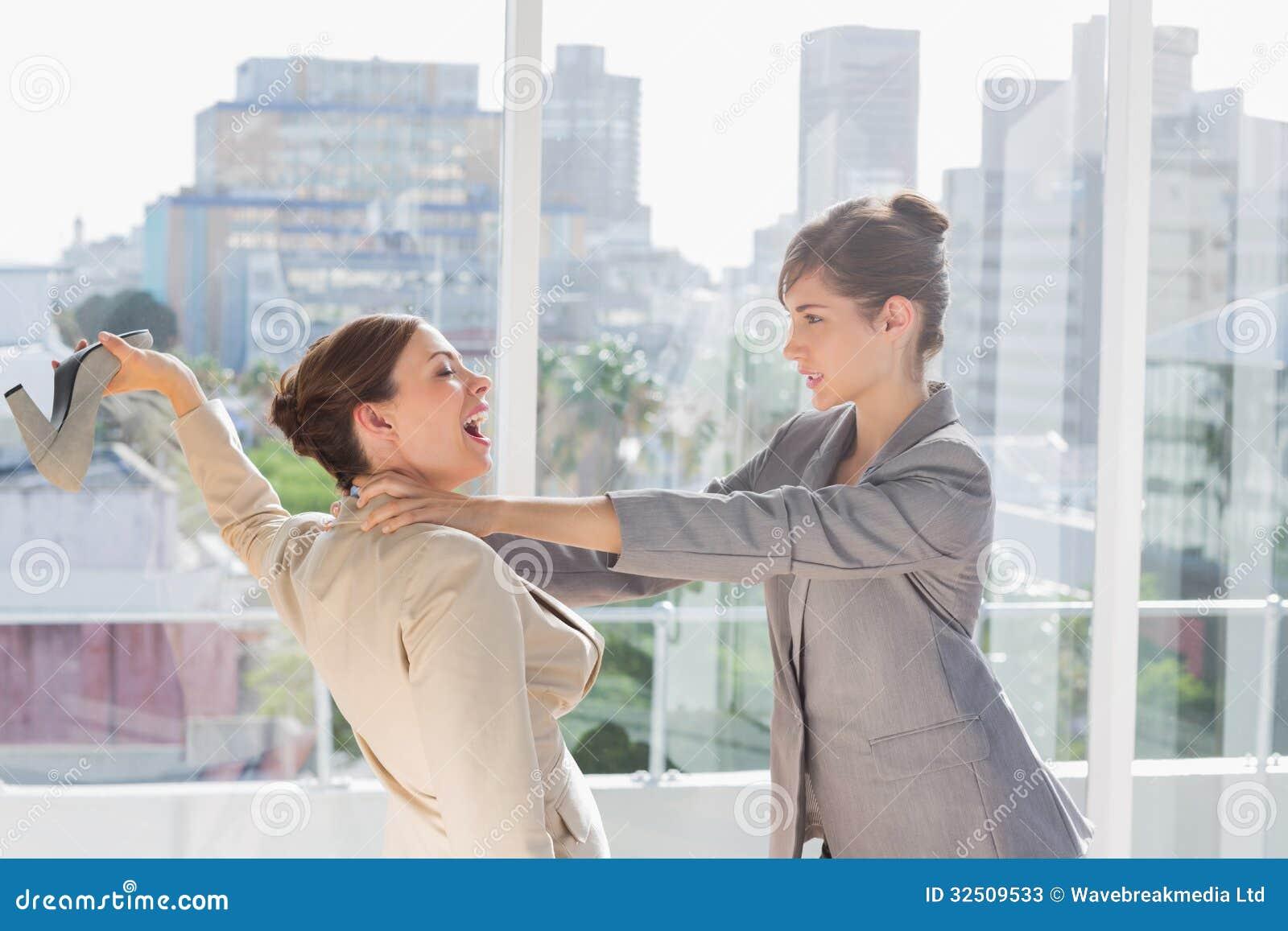Geschäftsfrauen, die einen enormen Kampf haben