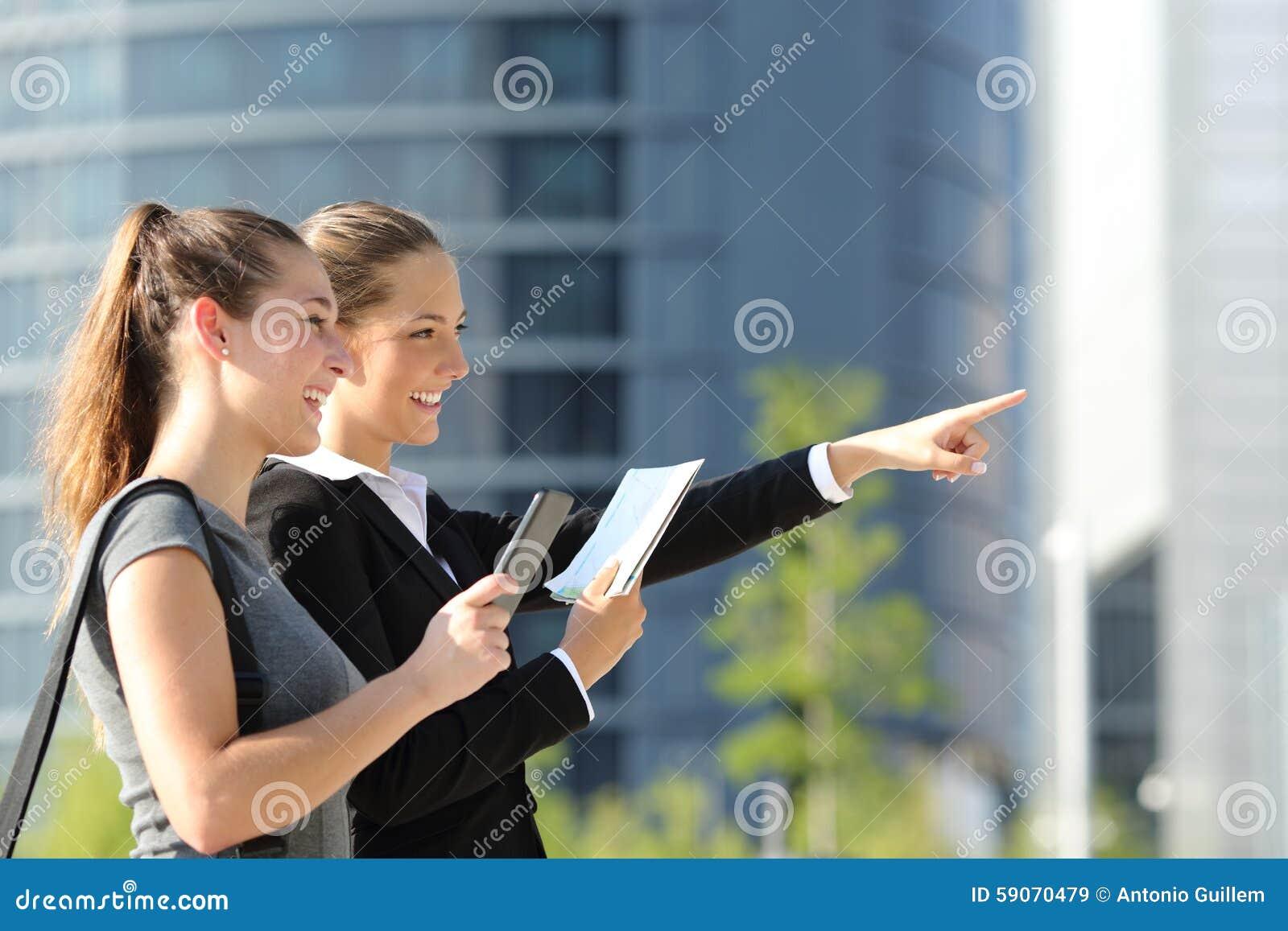 Geschäftsfrauen, die Standort mit beweglichen gps und Karte suchen