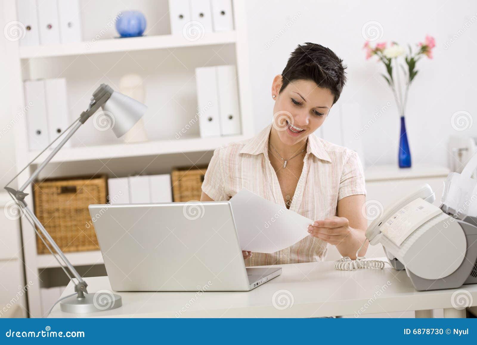 Geschäftsfrauen, die Telefon benennen