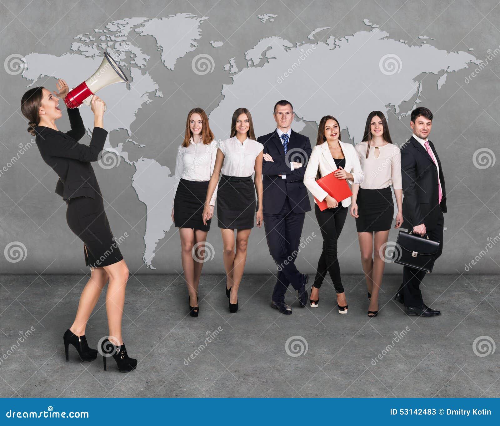 Geschäftsfrauen mit dem Megaphon, das vor Leuten des anderen Sektors steht