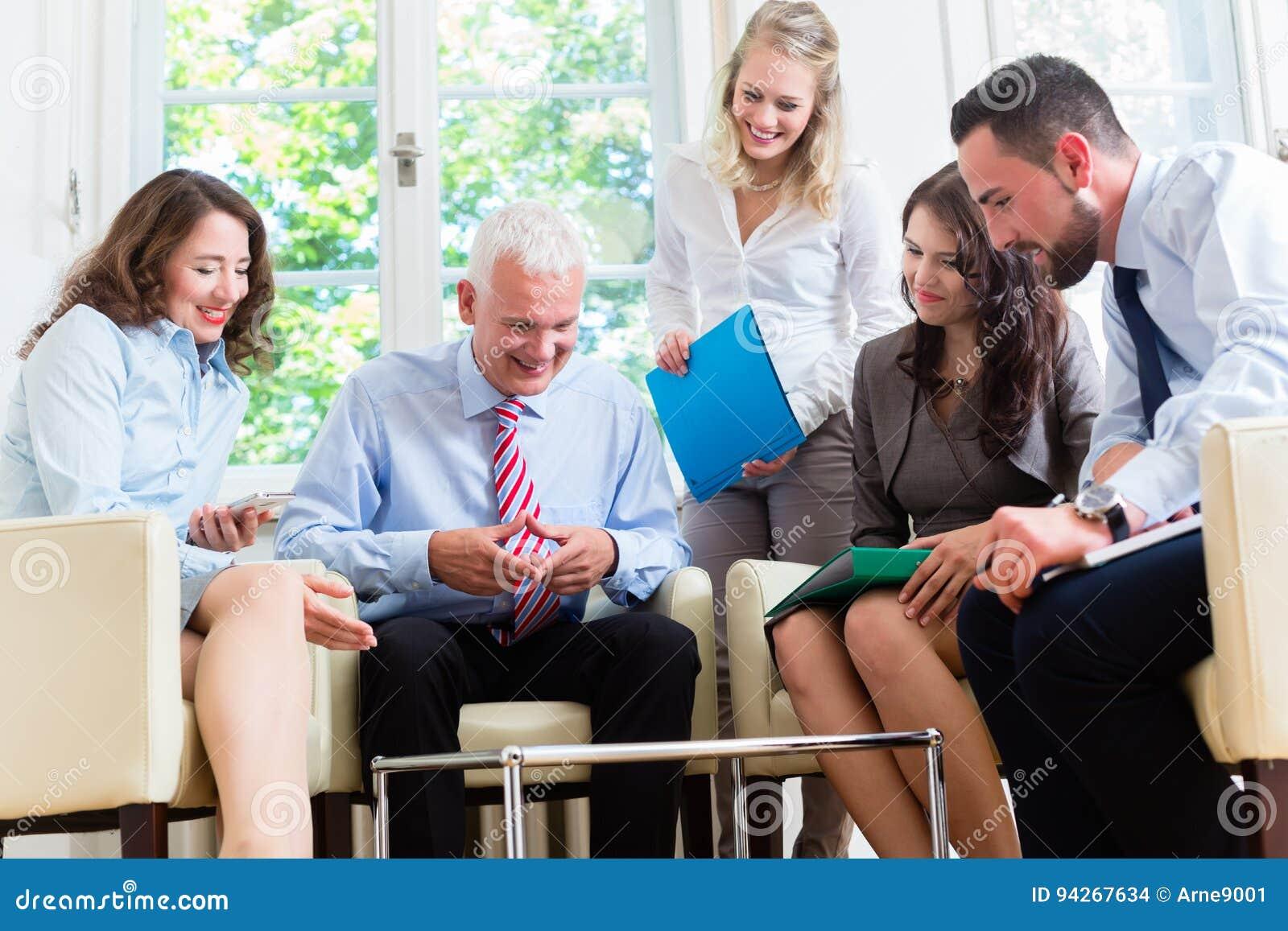 Geschäftsfrauen und Männer, die Darstellung im Büro haben