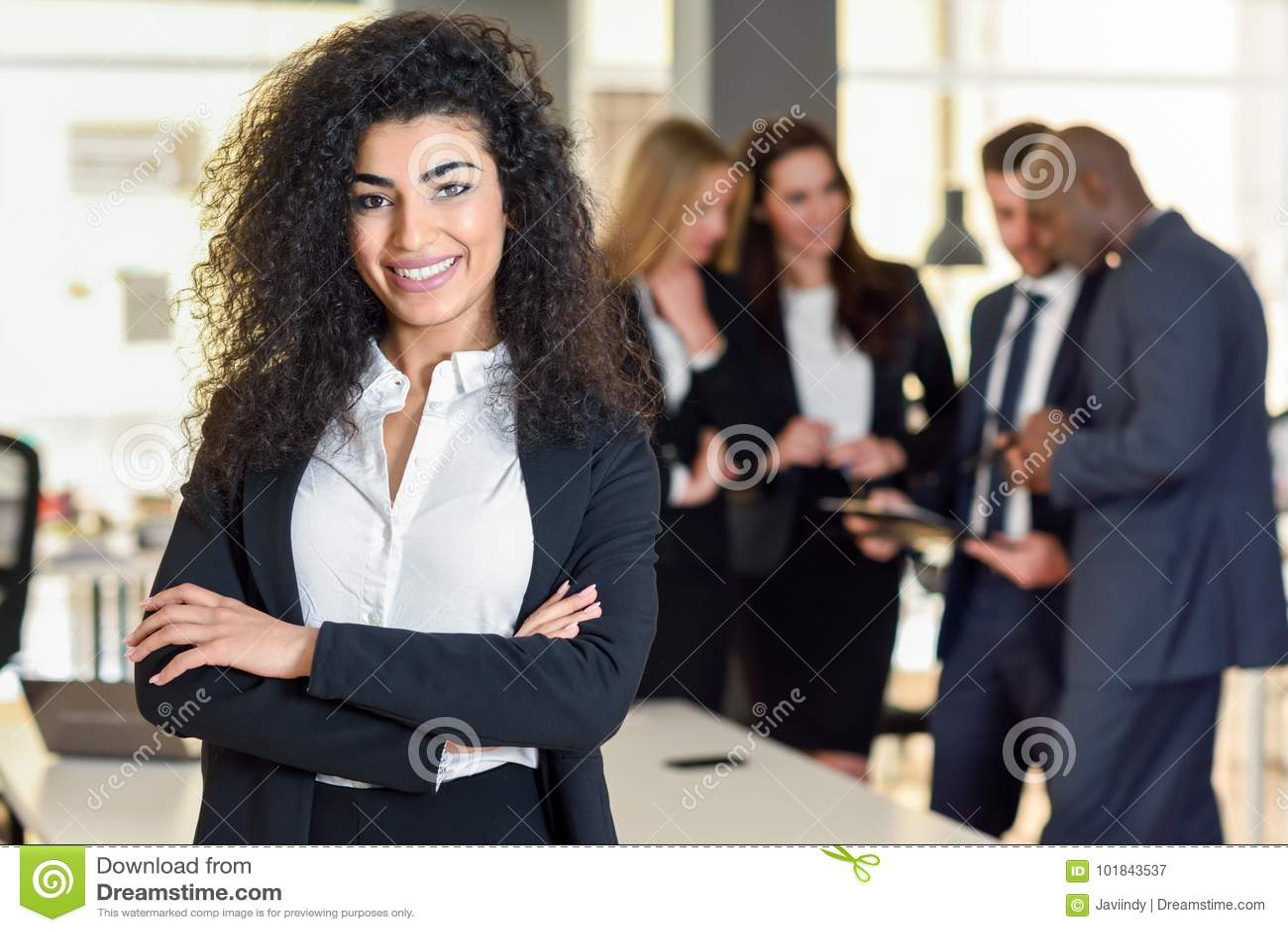 Geschäftsfrauführer im modernen Büro mit Wirtschaftler workin