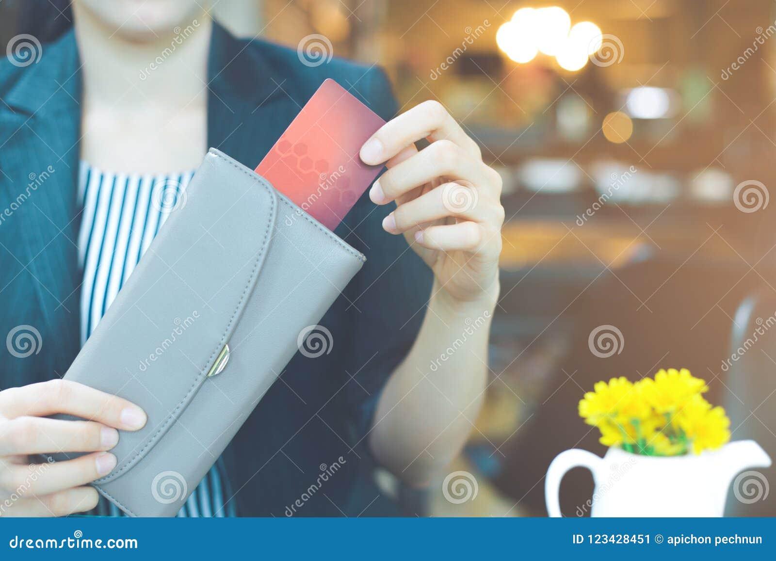 Geschäftsfrauhand ziehen eine Kreditkarte eine Geldbörse heraus