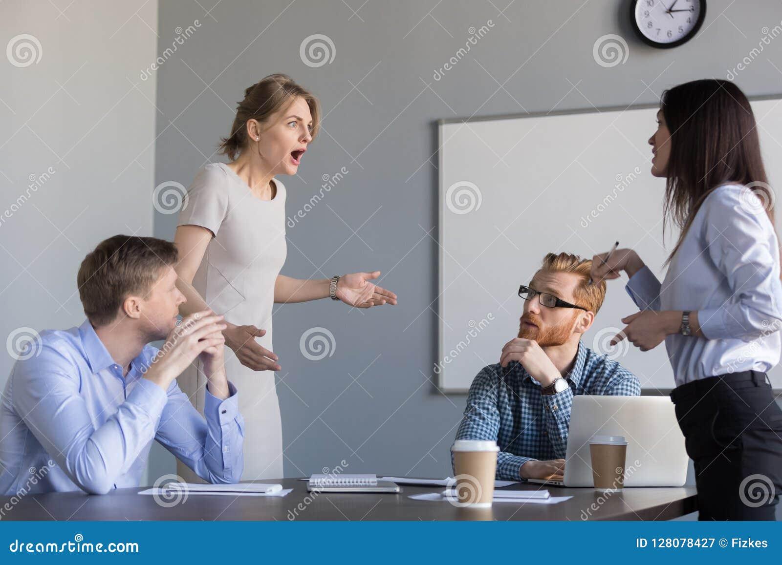 Geschäftsfraukollegen, die bei Planungs- und Führungsstab Sitzung diskutieren,