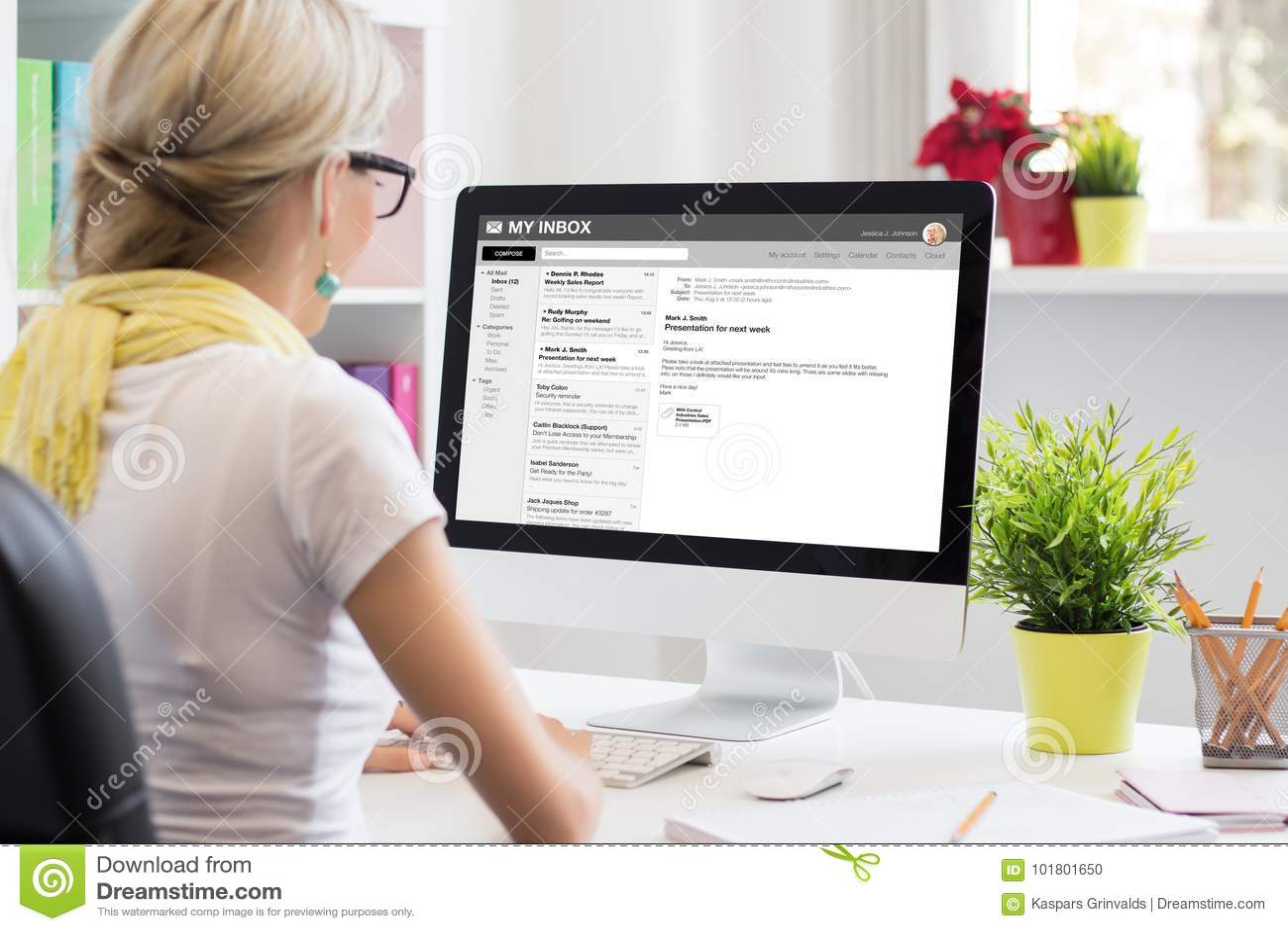 Geschäftsfraulese-E-Mail auf Computer