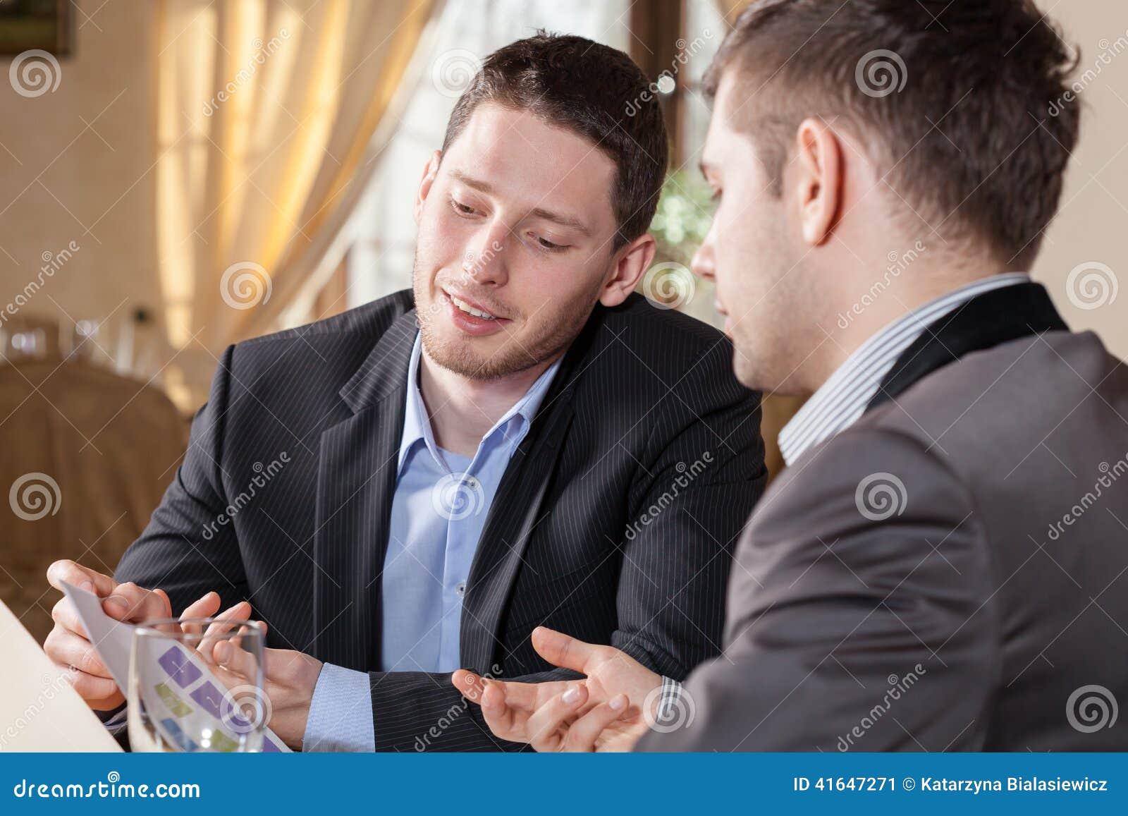 Geschäftsgespräch im Restaurant