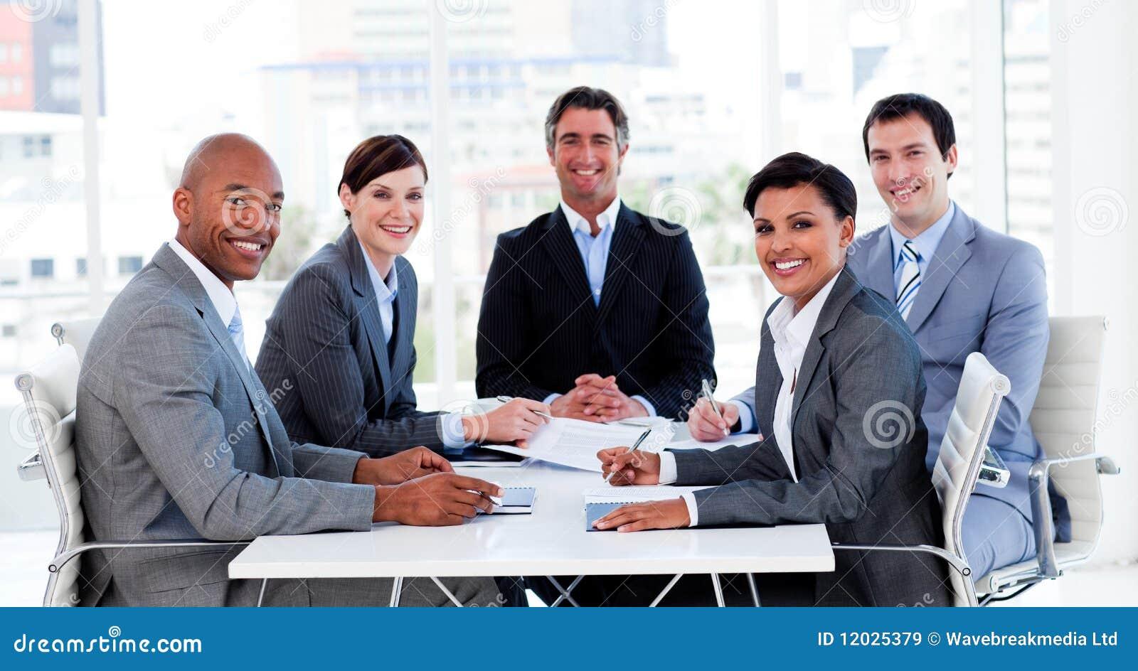 Geschäftsgruppe, die ethnische Verschiedenartigkeit zeigt