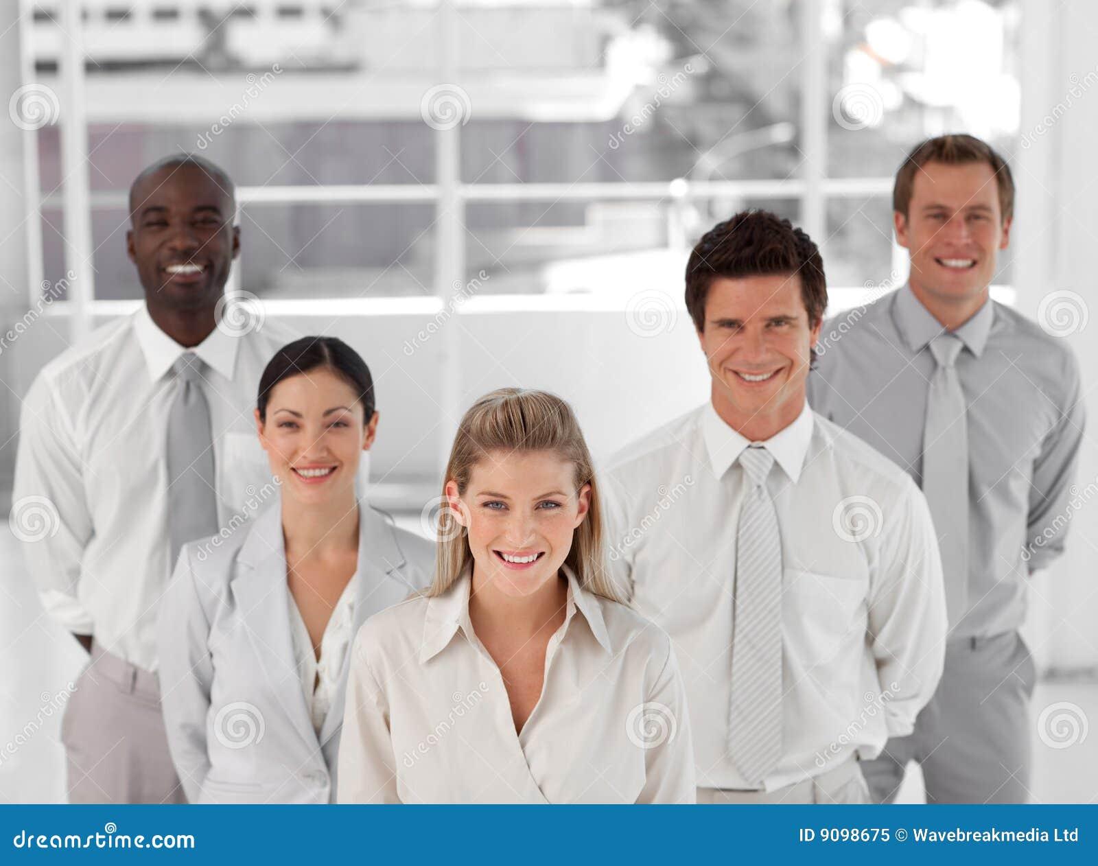 Geschäftsgruppe von fünf Leuten, die Kamera betrachten