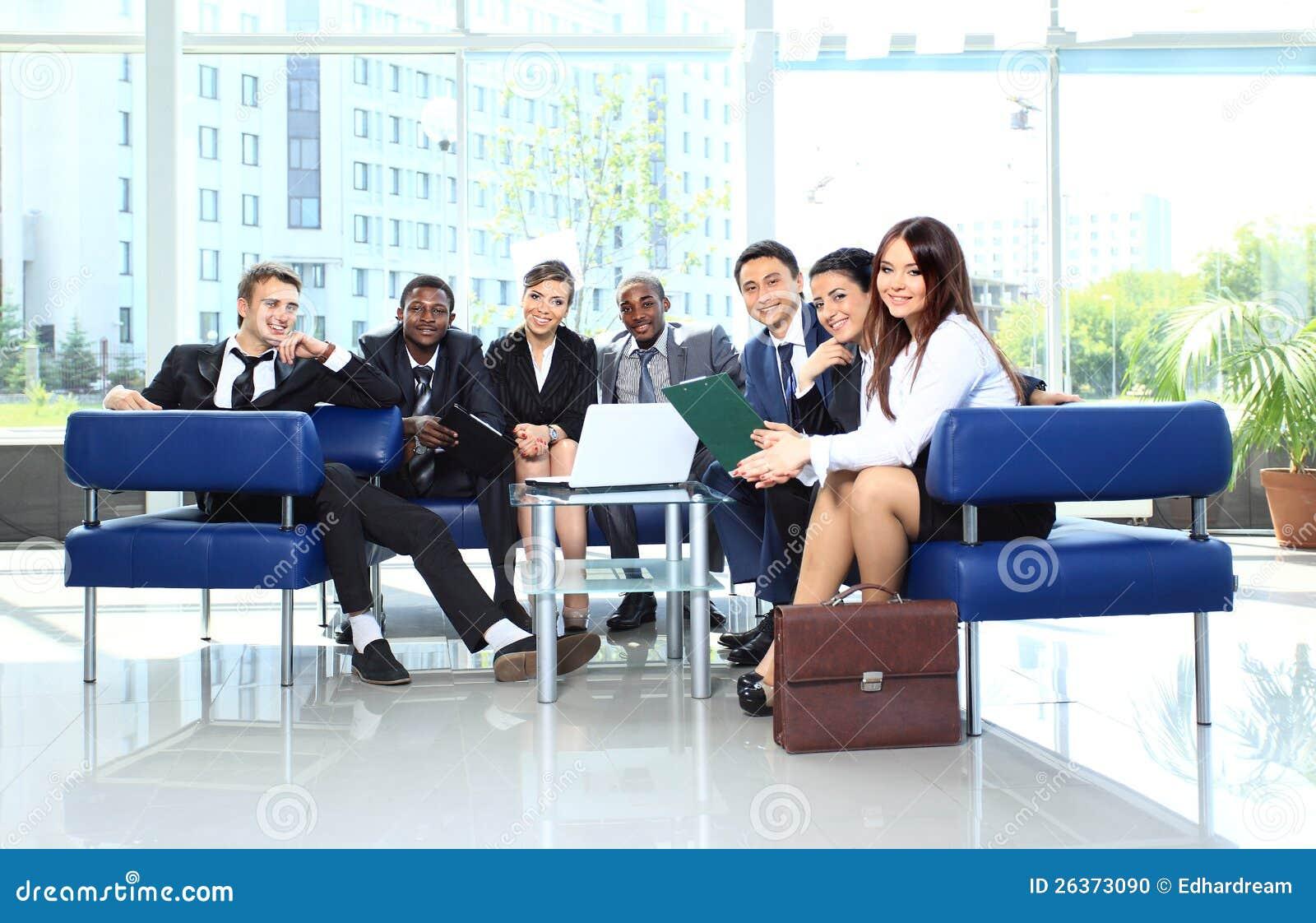 Geschäftskollege in einer Sitzung zusammen im Büro
