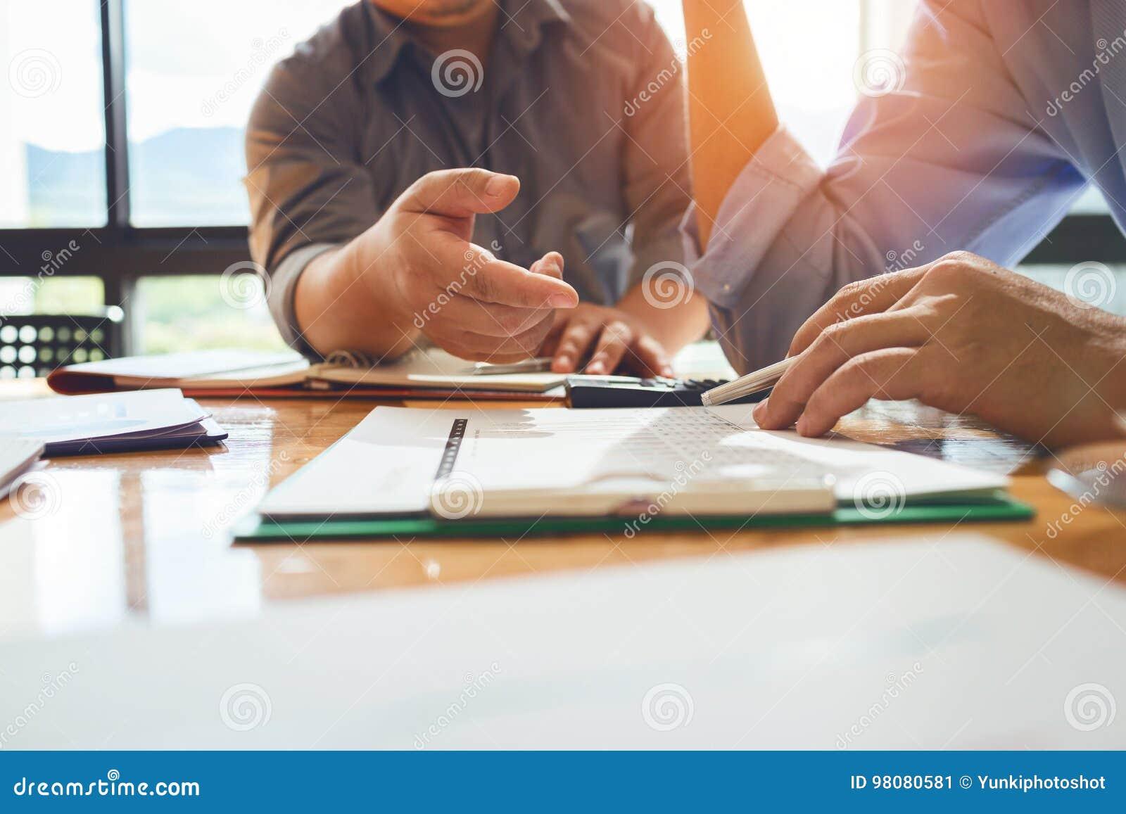 Geschäftskollegen treffen sich, um ihre Aufgaben zu bestimmen, um zu summieren