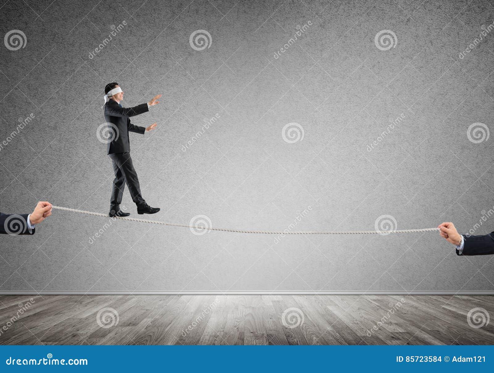Geschäftskonzept der Risikounterstützung und -hilfe mit dem Mann, der auf Seil balanciert