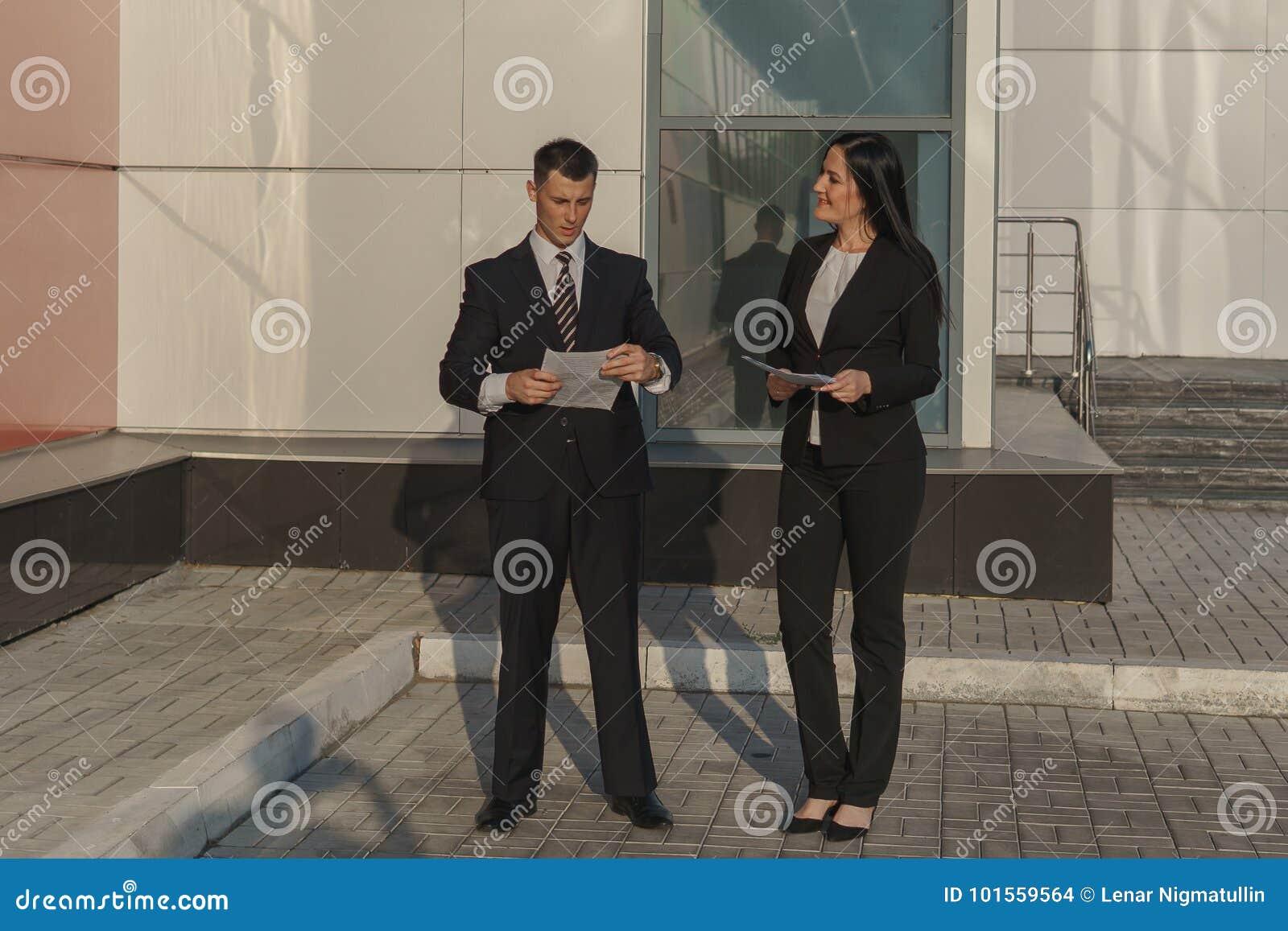 Geschäftsleute beim Arbeiten nahe Bürogebäude