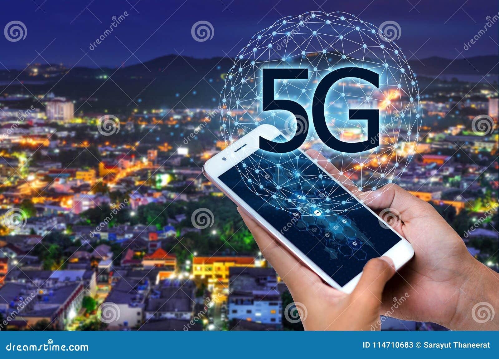Geschäftsleute benutzen Telefone der globalen Kommunikation im System 5g